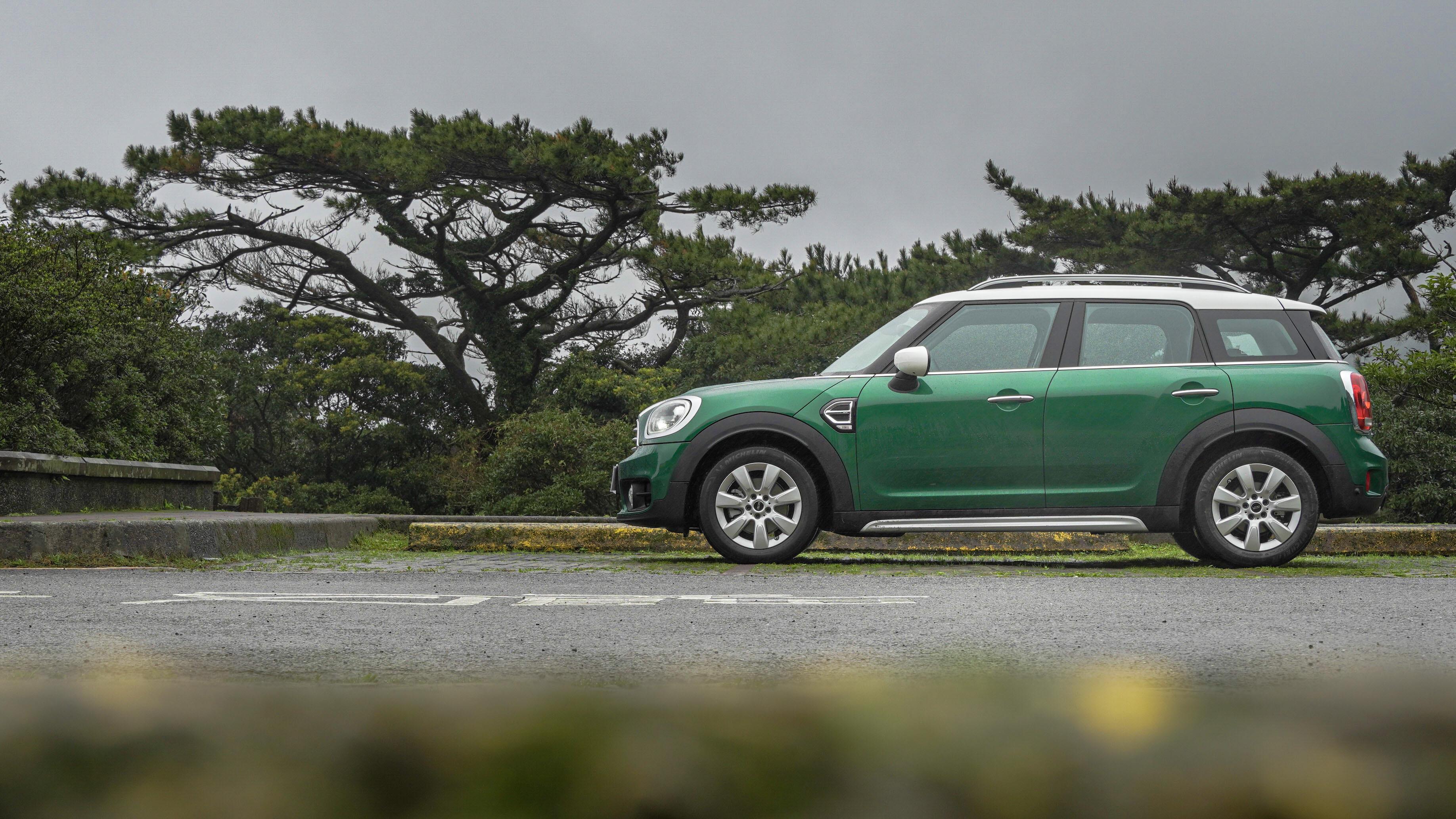 試駕車選配 MINI 60 週年紀念色 British Racing Green IV。