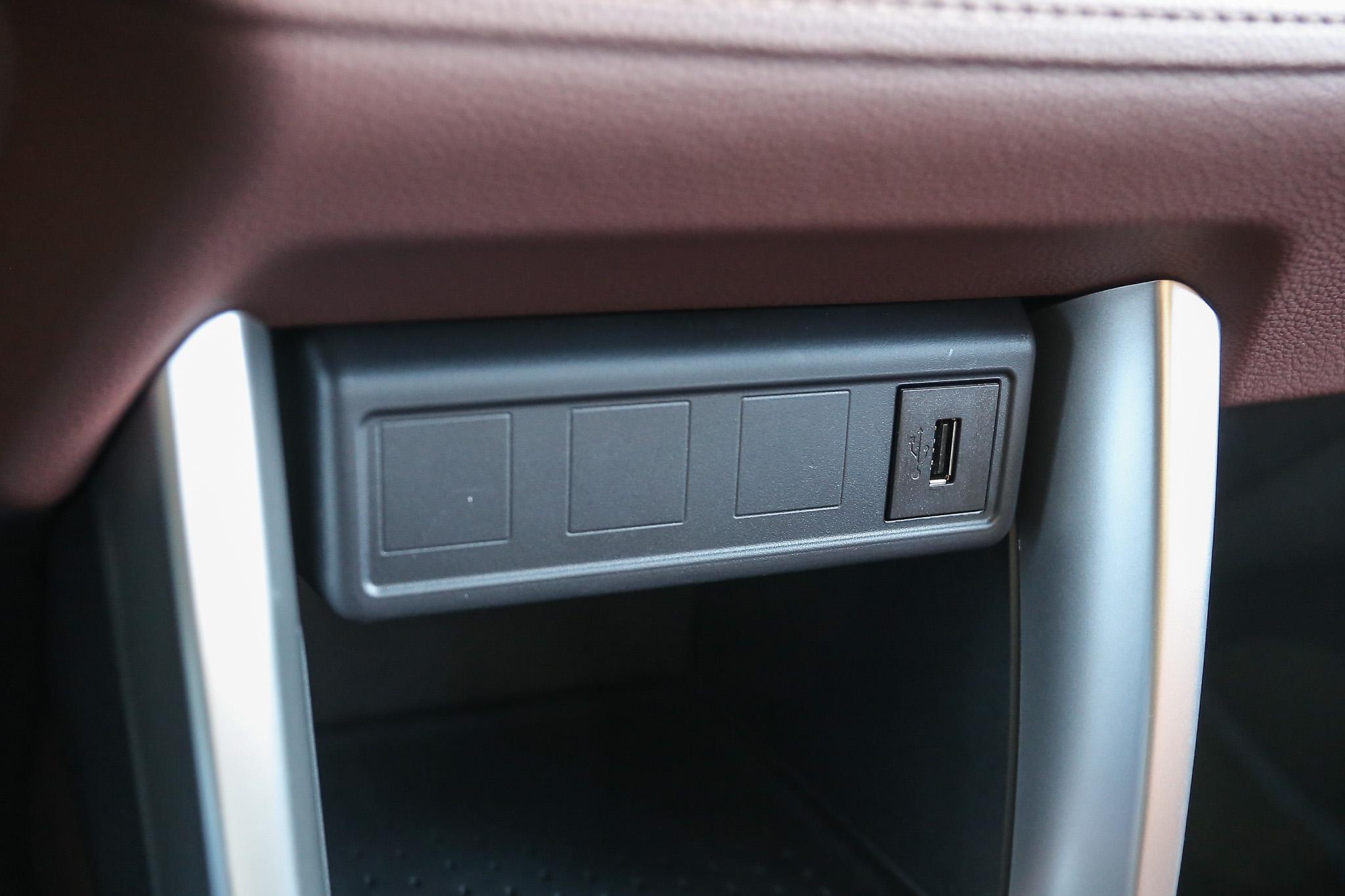中控台下方提供一個 USB 插座,中央扶手下方置物空間另有 USB 插座與 12V 電源插座。