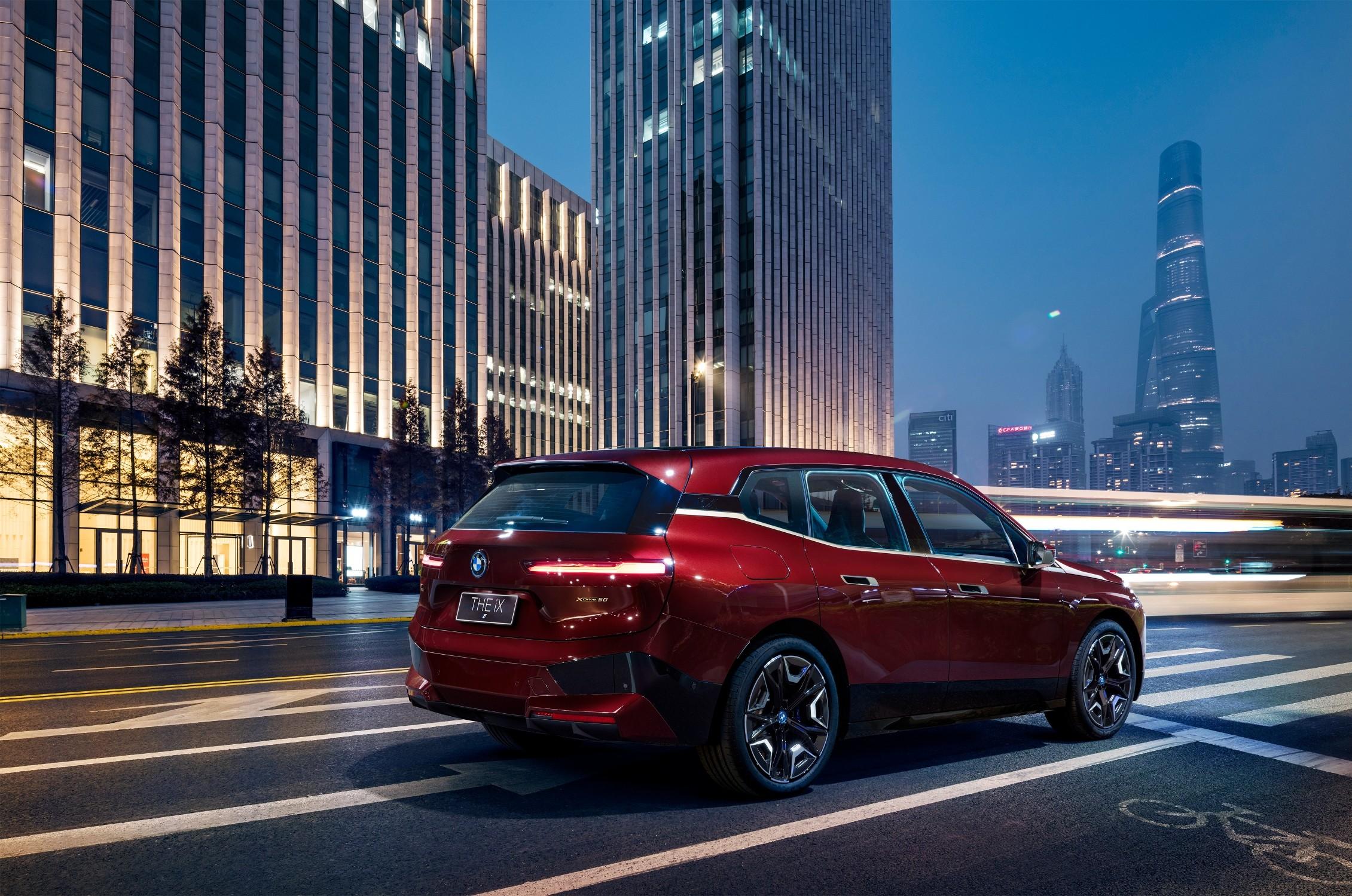 BMW iX xDrive50擁有超過500匹最大馬力輸出,0-100公里加速在5秒內就能完成,最高續航里程更能達到600公里,使用BMW i高速充電站只需要10分鐘即可迅速補充行駛120km所需要的電量。