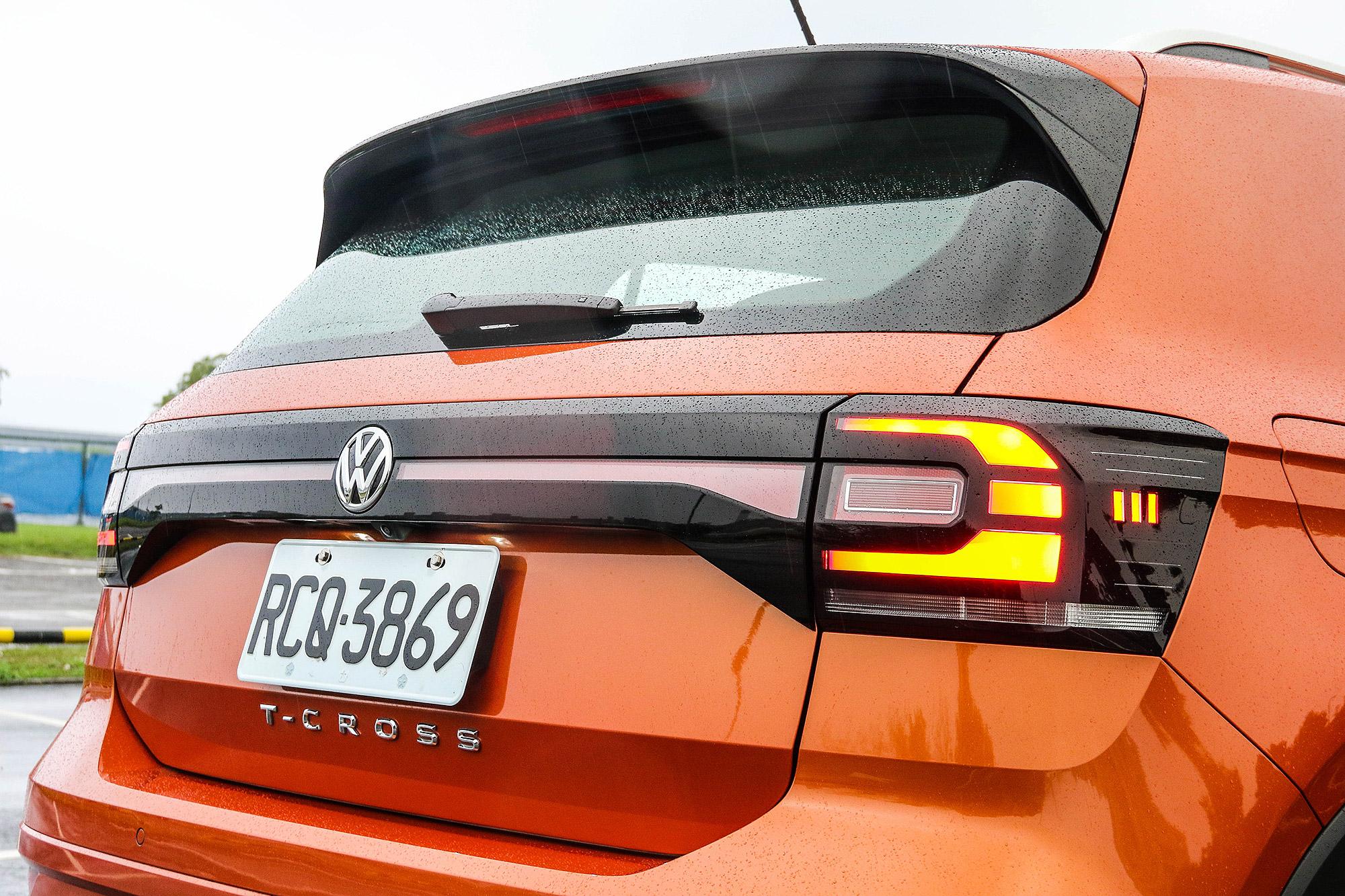 車尾運用鏡面飾條與反光條連結將左右兩側尾燈連接。