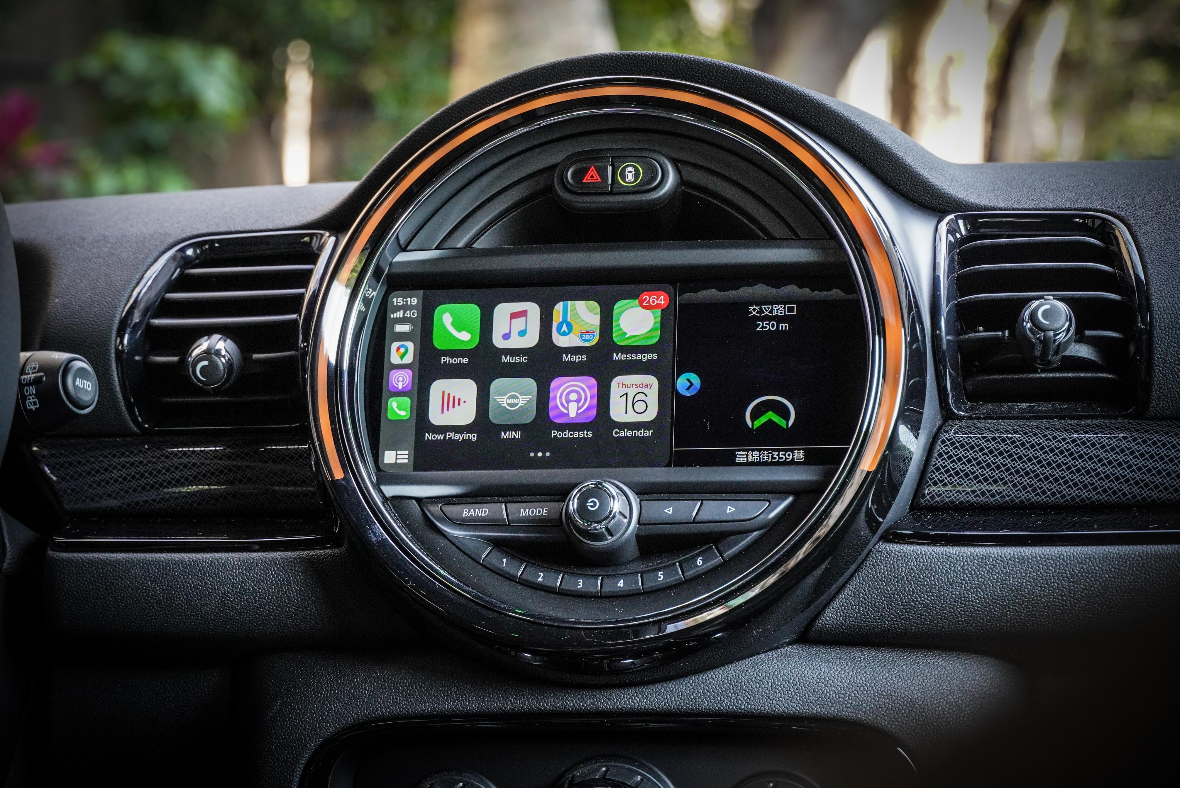 試駕車選配 8.8 吋原廠中文衛星導航系統與手機無線充電裝置。原廠標配 6.5 吋觸控螢幕含 MINI 原廠中文衛星導航系統及無線 Apple CayPlay。