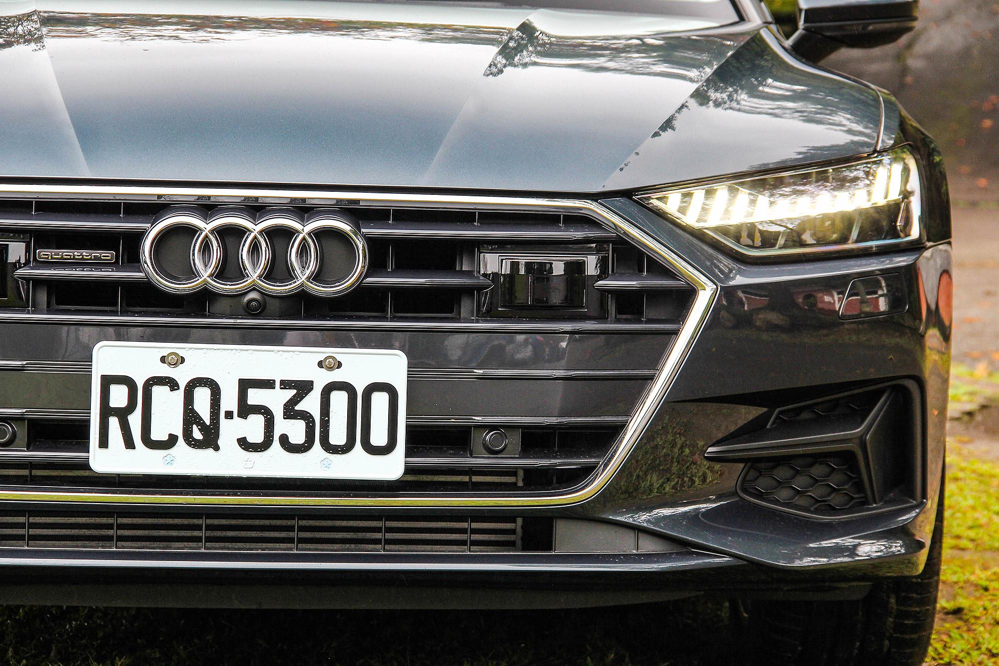 引擎蓋的折線不但創造更多視覺上的豐富度,搭配水箱護罩、頭燈等銳利線條,更顯得霸氣。