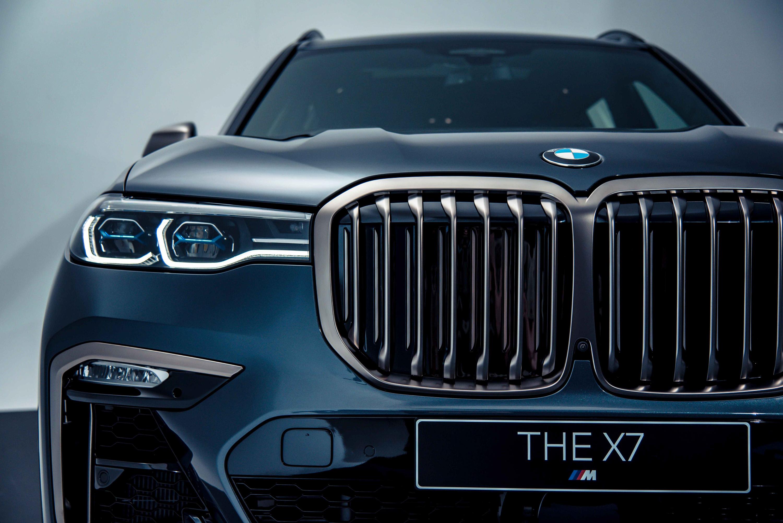 全新 BMW X7 M50i 以鈰灰色水箱護罩為核心,搭配湛藍色智慧雷射頭燈(含 Glare-free 光型變化功能)。