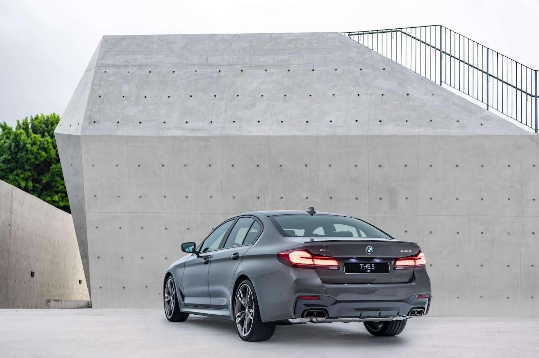 性能代表全新 BMW M550i xDrive 搭載 4.4 升 V8 汽油引擎,擁有 530 匹最大馬力。