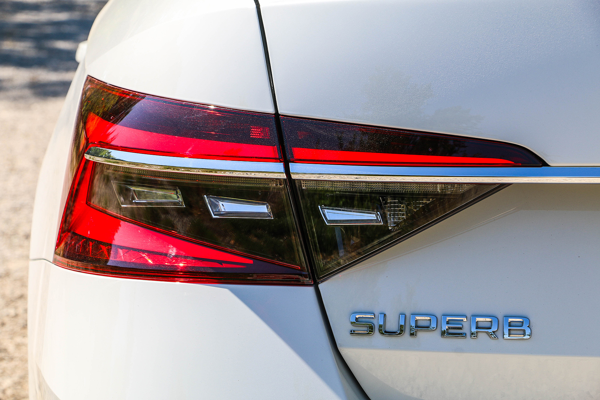 車尾除了更具尊榮感的鍍鉻飾條外,燈組也改為全 LED 燈組,並且加入動態顯示方向燈。
