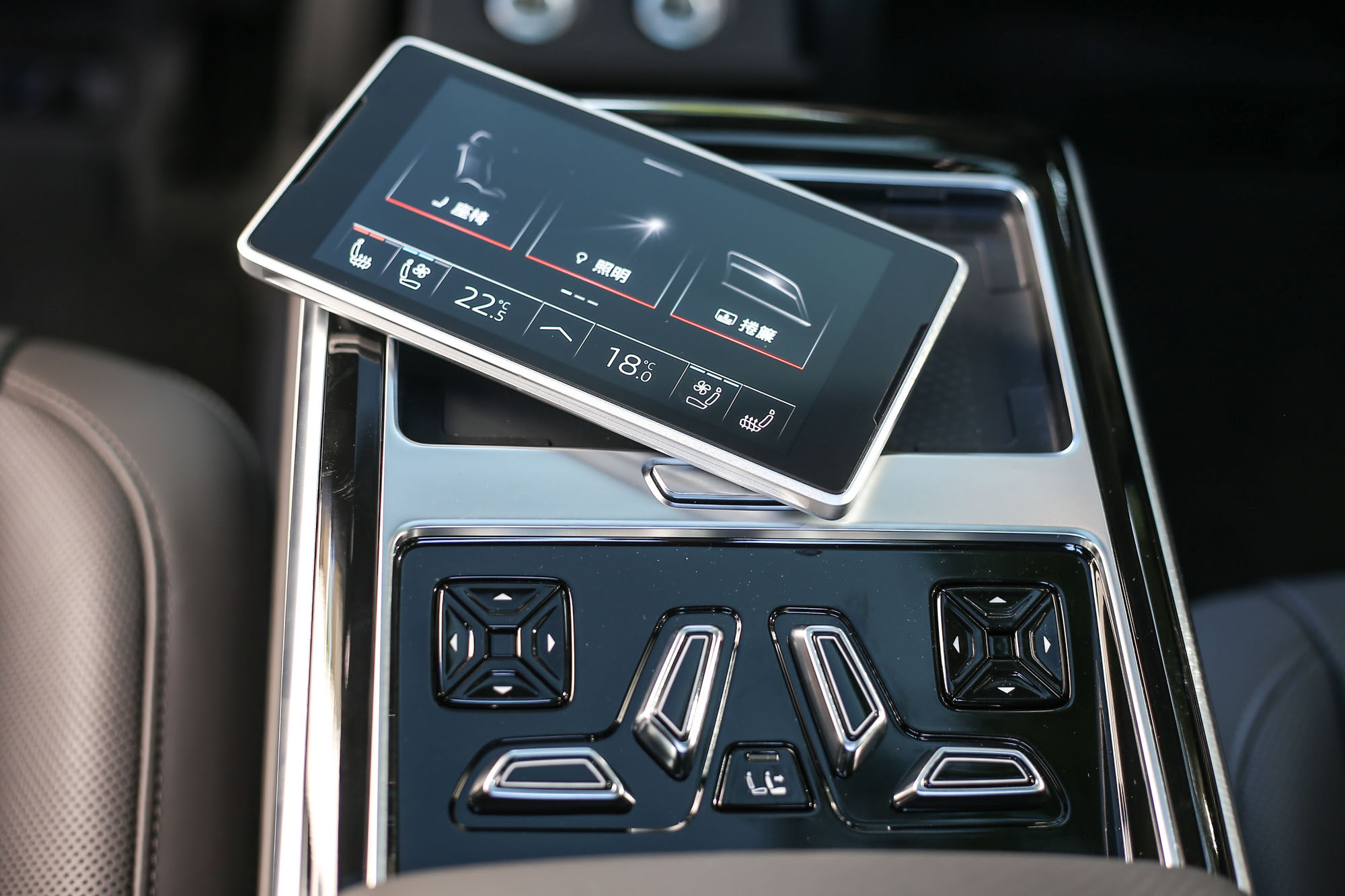 Audi 後座智聯控制平板的 5.7 吋 OLED 顯示幕,也是 Premium 套件內容。