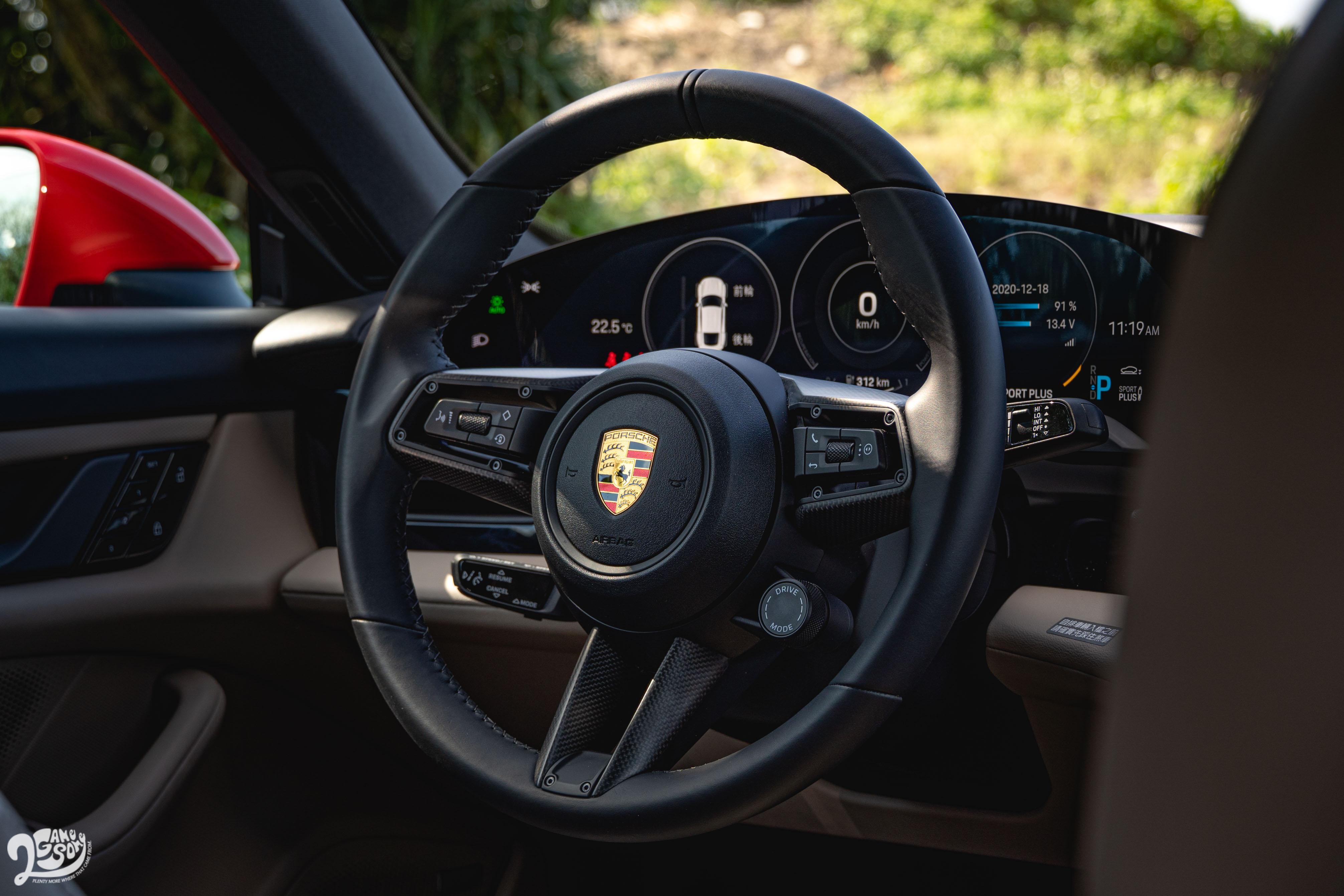 多功能 GT 跑車方向盤。
