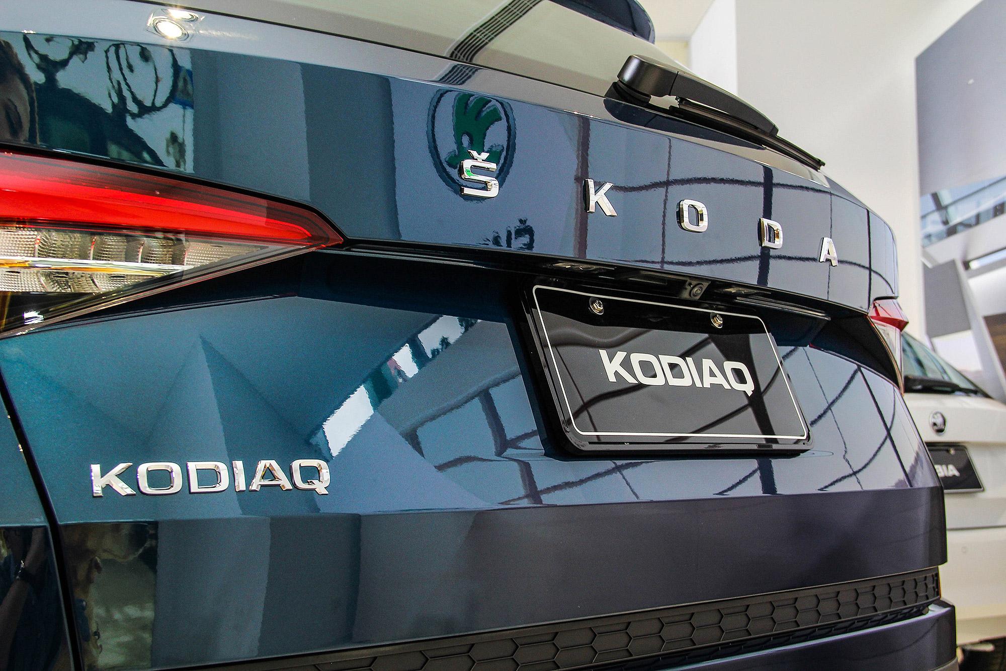 車尾改用品牌字樣作為識別。