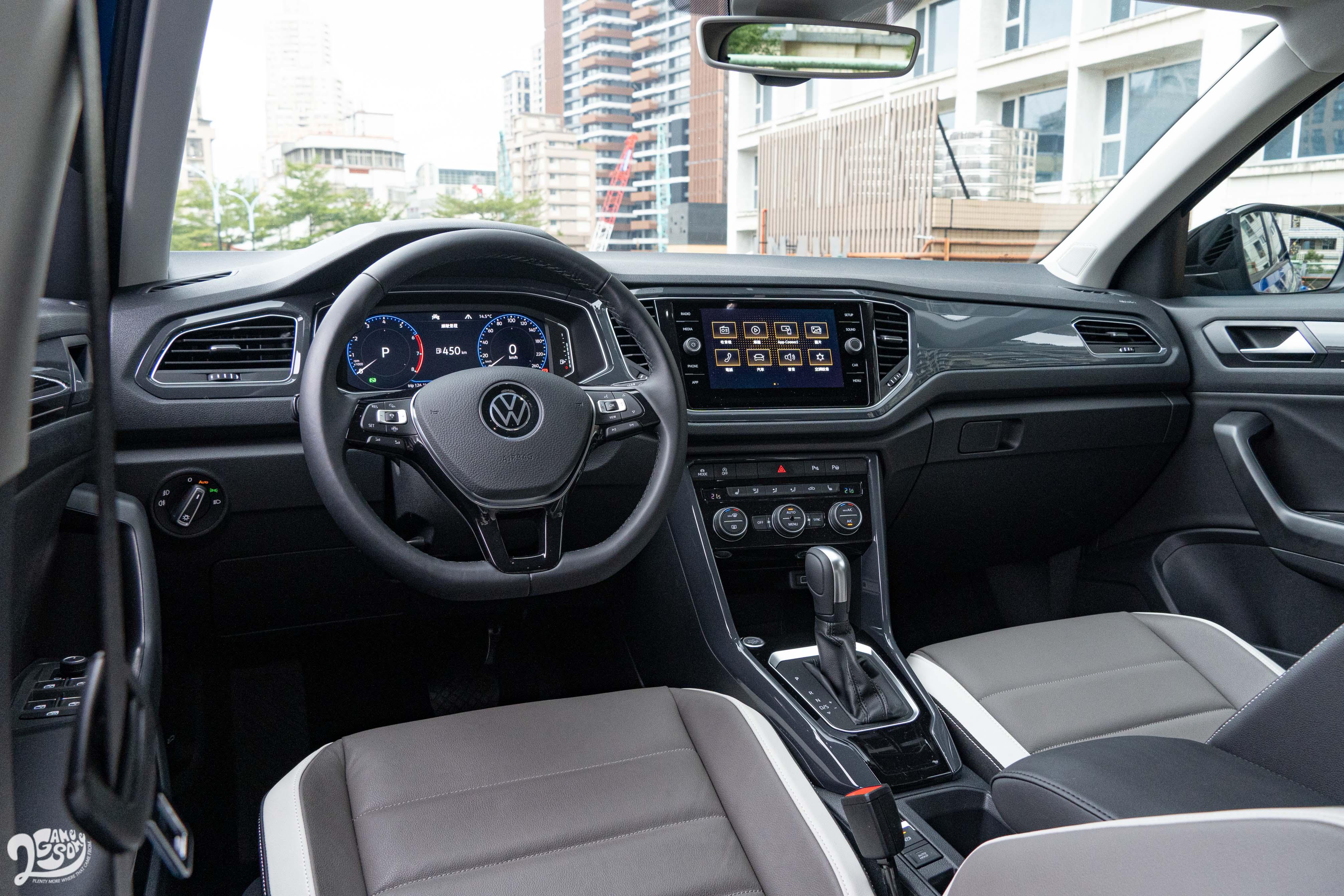 座艙一如先前試駕的T-Roc 330 R-Line Performance車型,配備差異不大。