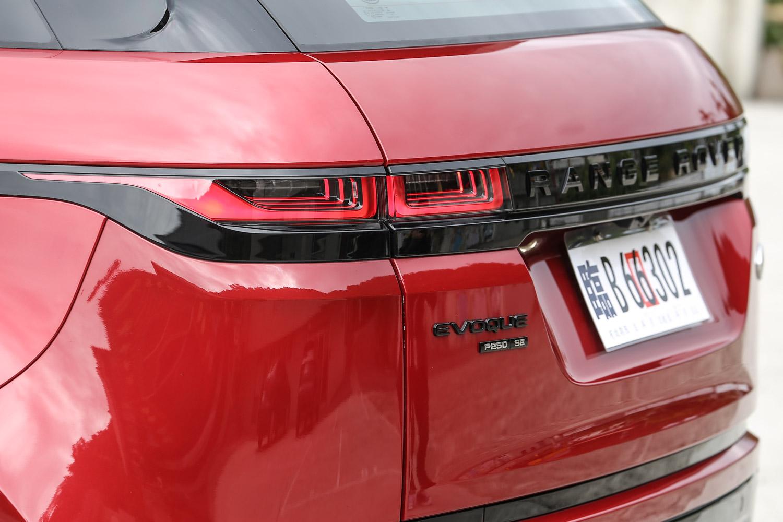 車尾造型與尾燈設計同樣「Velar 化」,乍看之下難以分出兩者間的差異。
