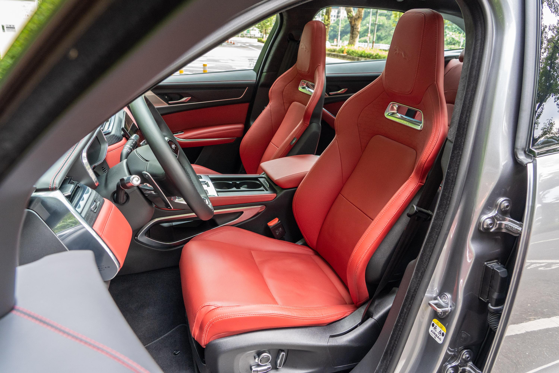 選配的 14向電動雙前座跑車座椅,需加價 15 萬元。