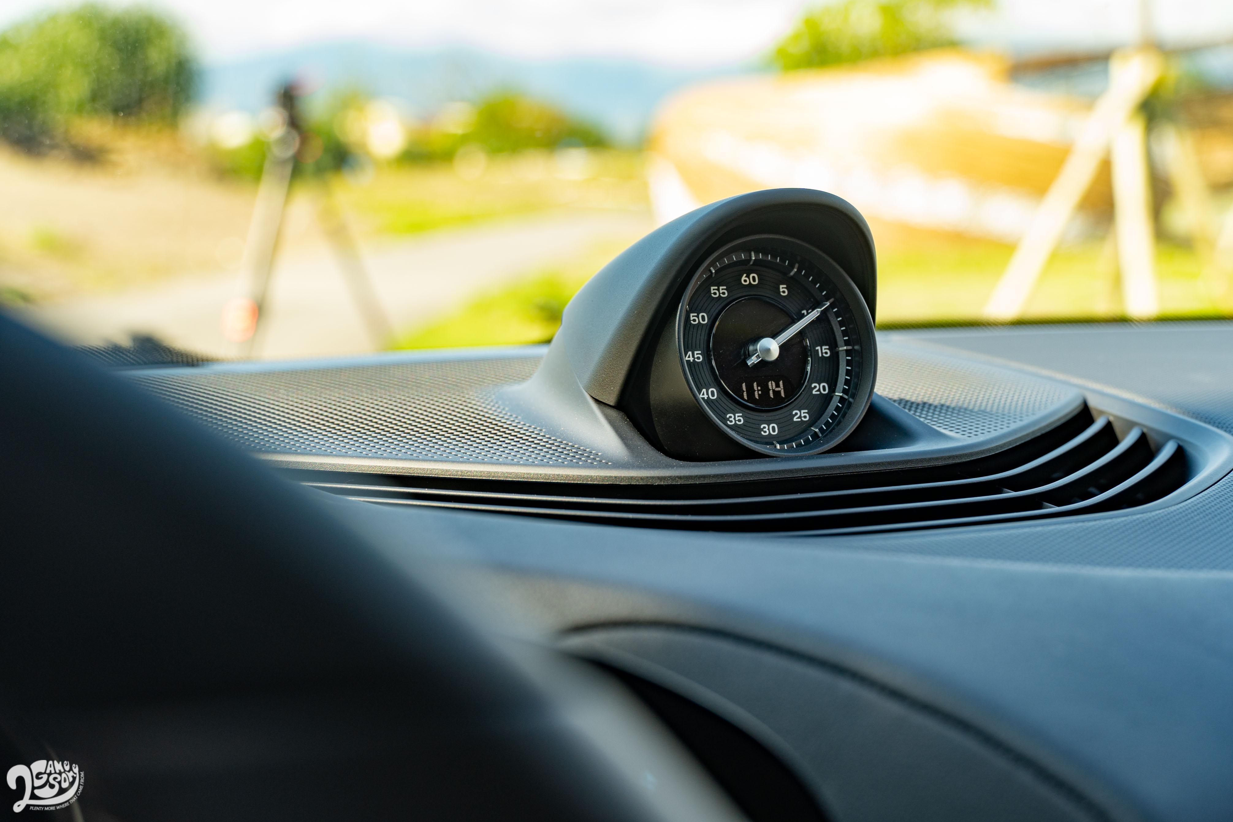 中控台上方類比時鐘也屬於跑車計時套件。