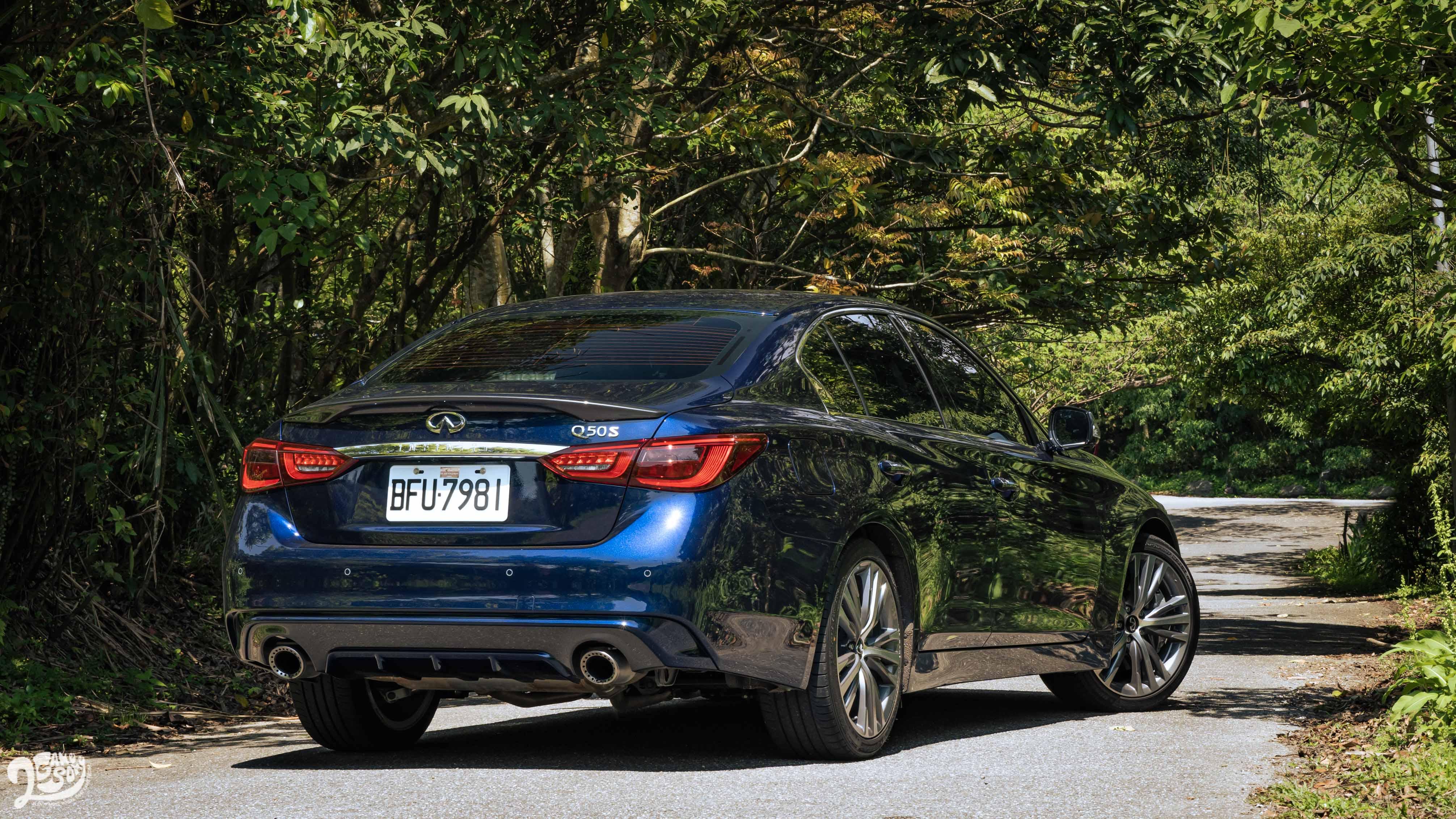 車尾有專屬「S」名牌,以及雙色後保桿。