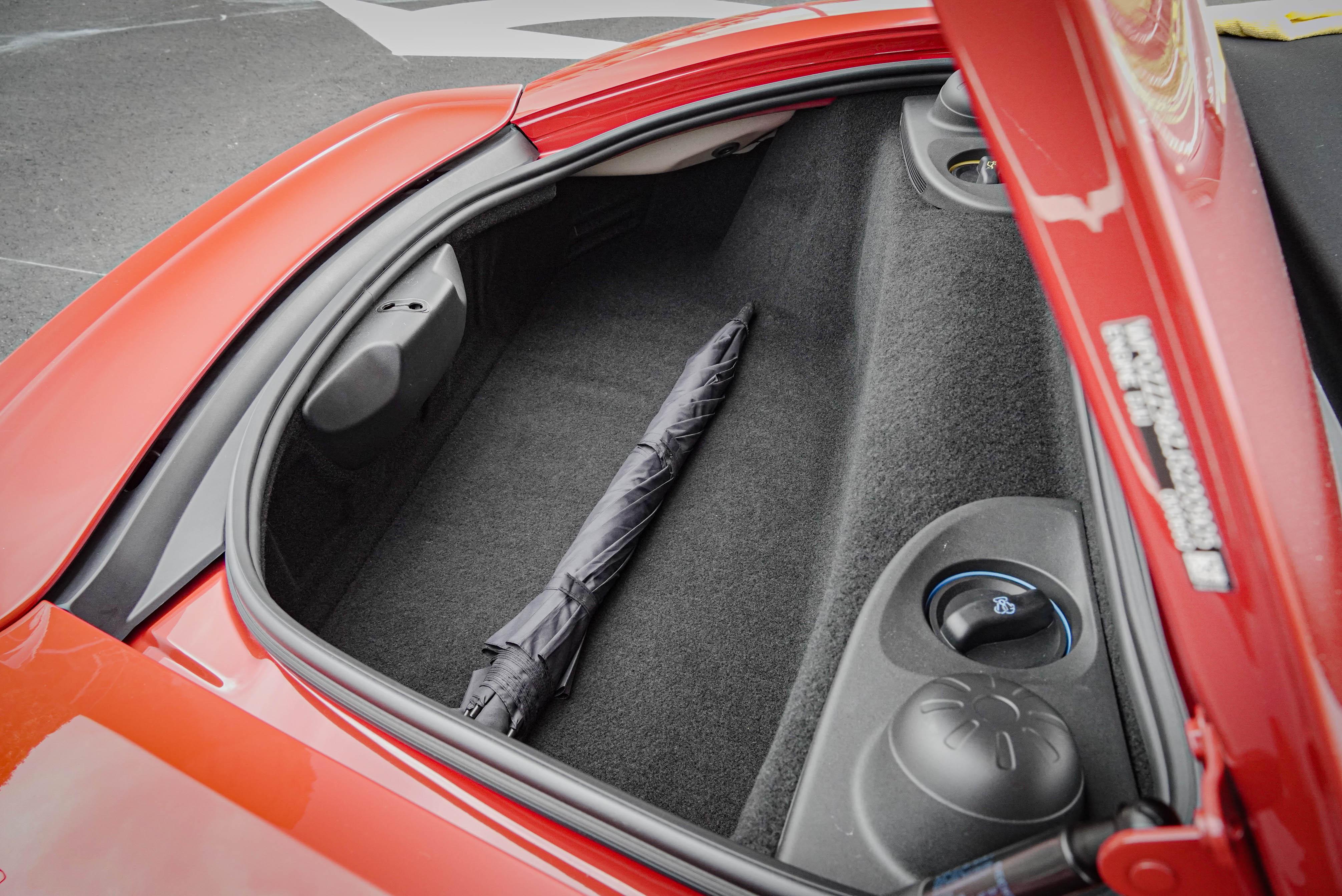 受惠於中置引擎設定,Boxster 擁有前後行李廂。