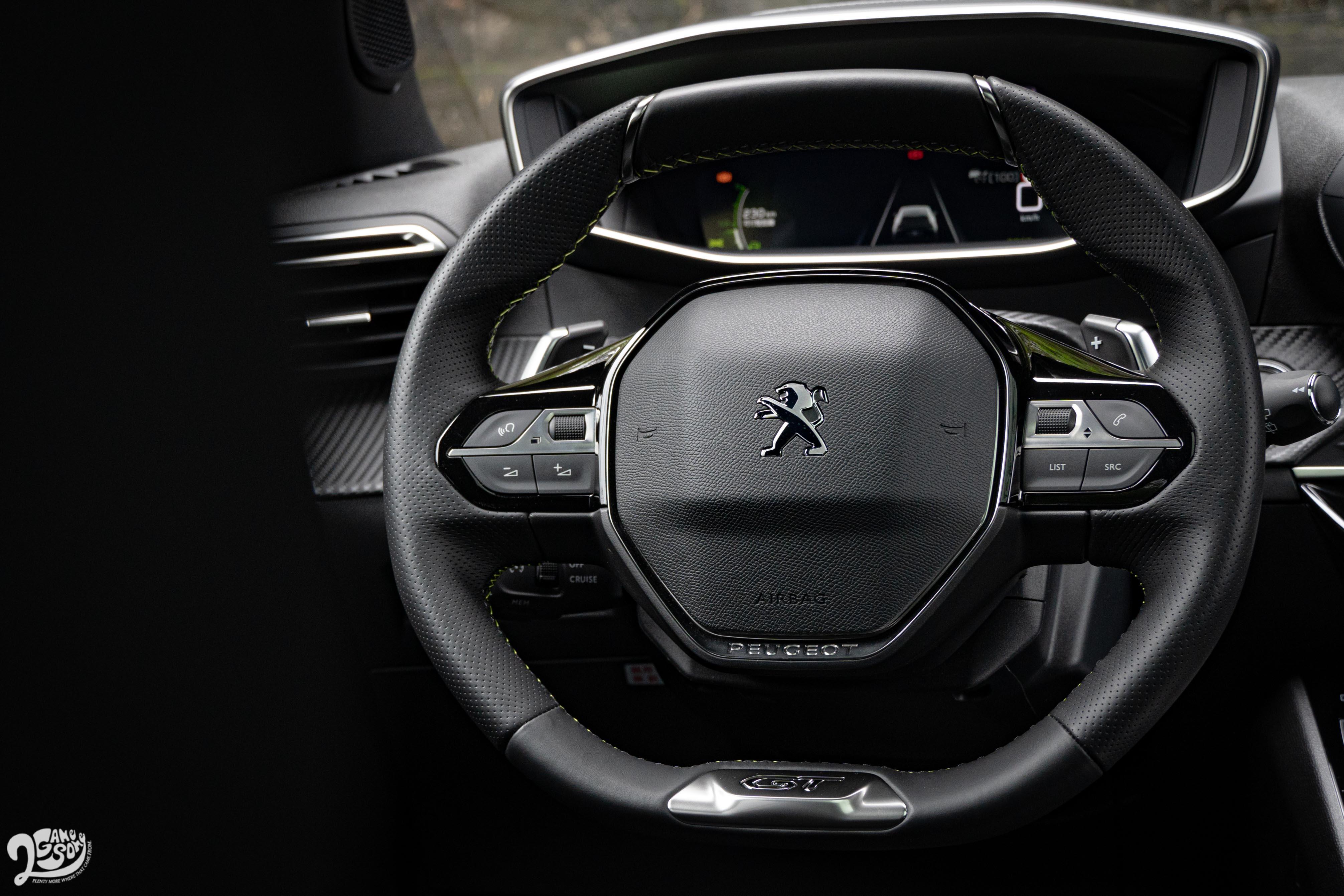 Peugeot 一貫的小盤徑方向盤標配換檔撥桿。