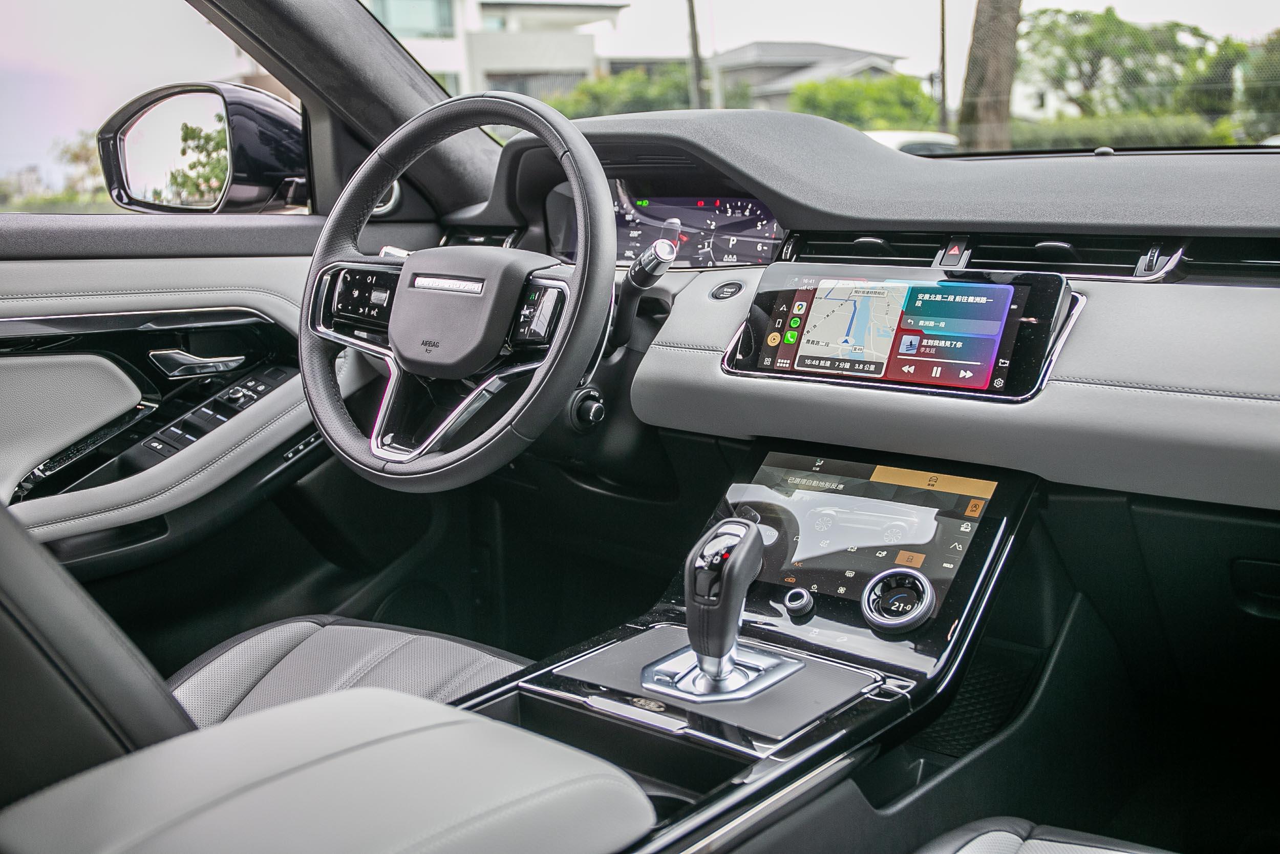 整體座艙佈局與先前車款相同,透過三只螢幕呈現科技氛圍。