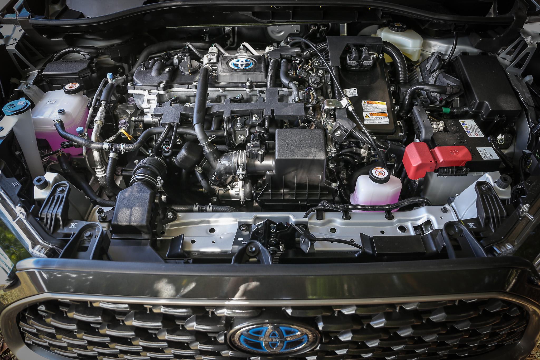 1.8L 油電版以 1.8 升直列四缸自然進氣汽油引擎為主體,配上電力驅動系統後,綜效輸出馬力為 122 匹。