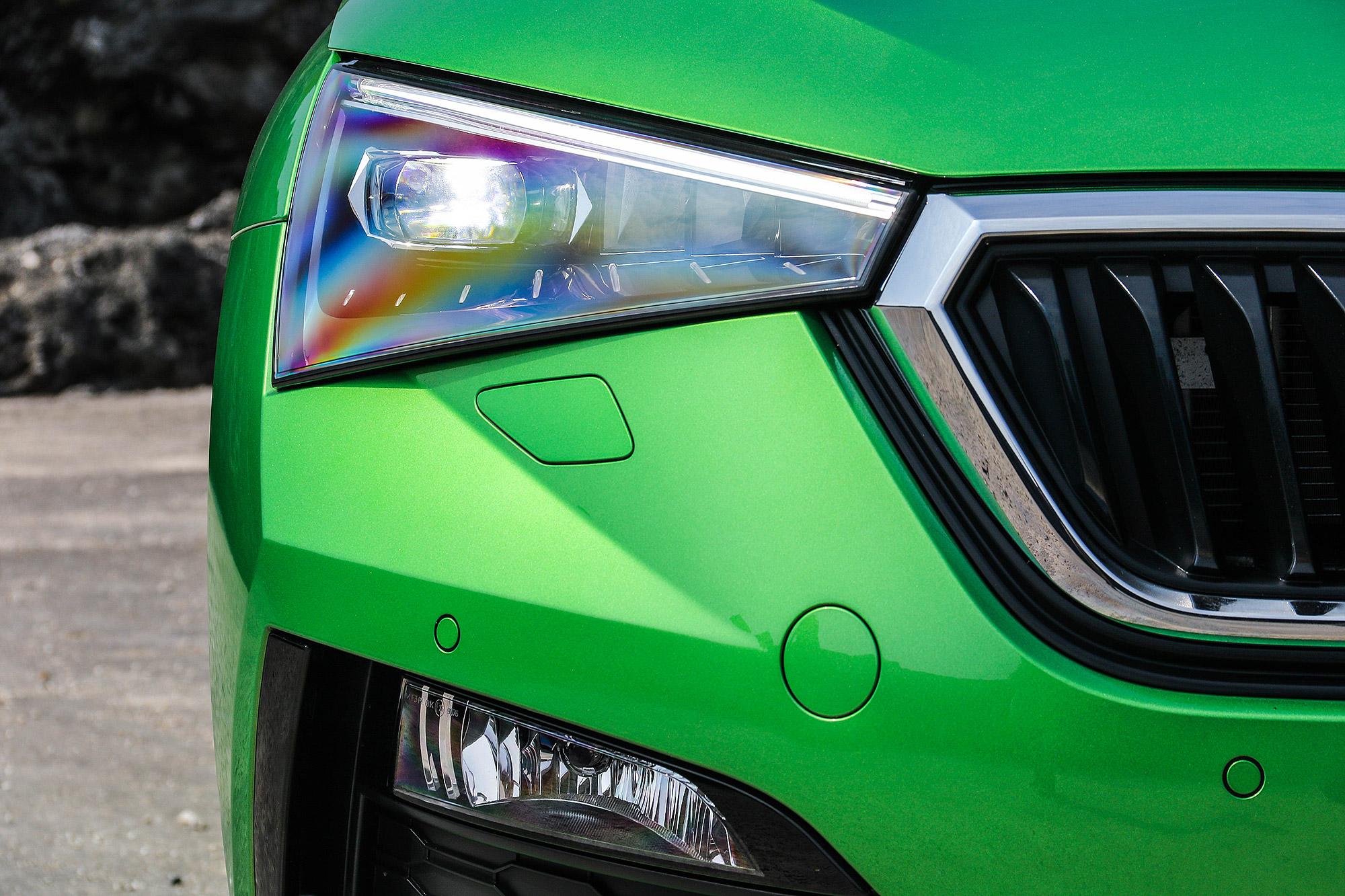 車頭不但有銳利的頭燈線條,還有鮮明的折線。