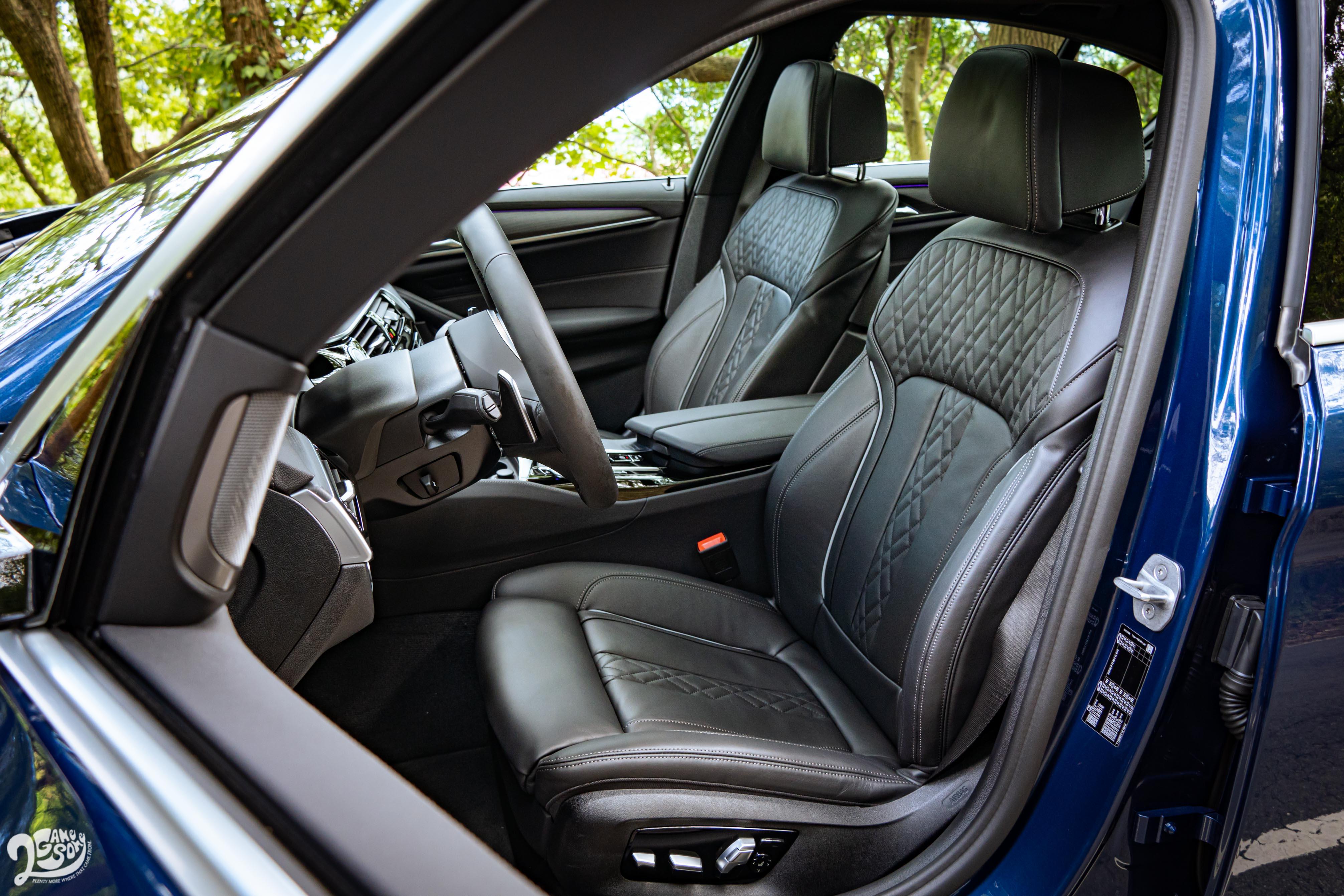 試駕車選配 Nappa 菱格紋真皮,不過標配的 Dakota 真皮已經非常舒服。