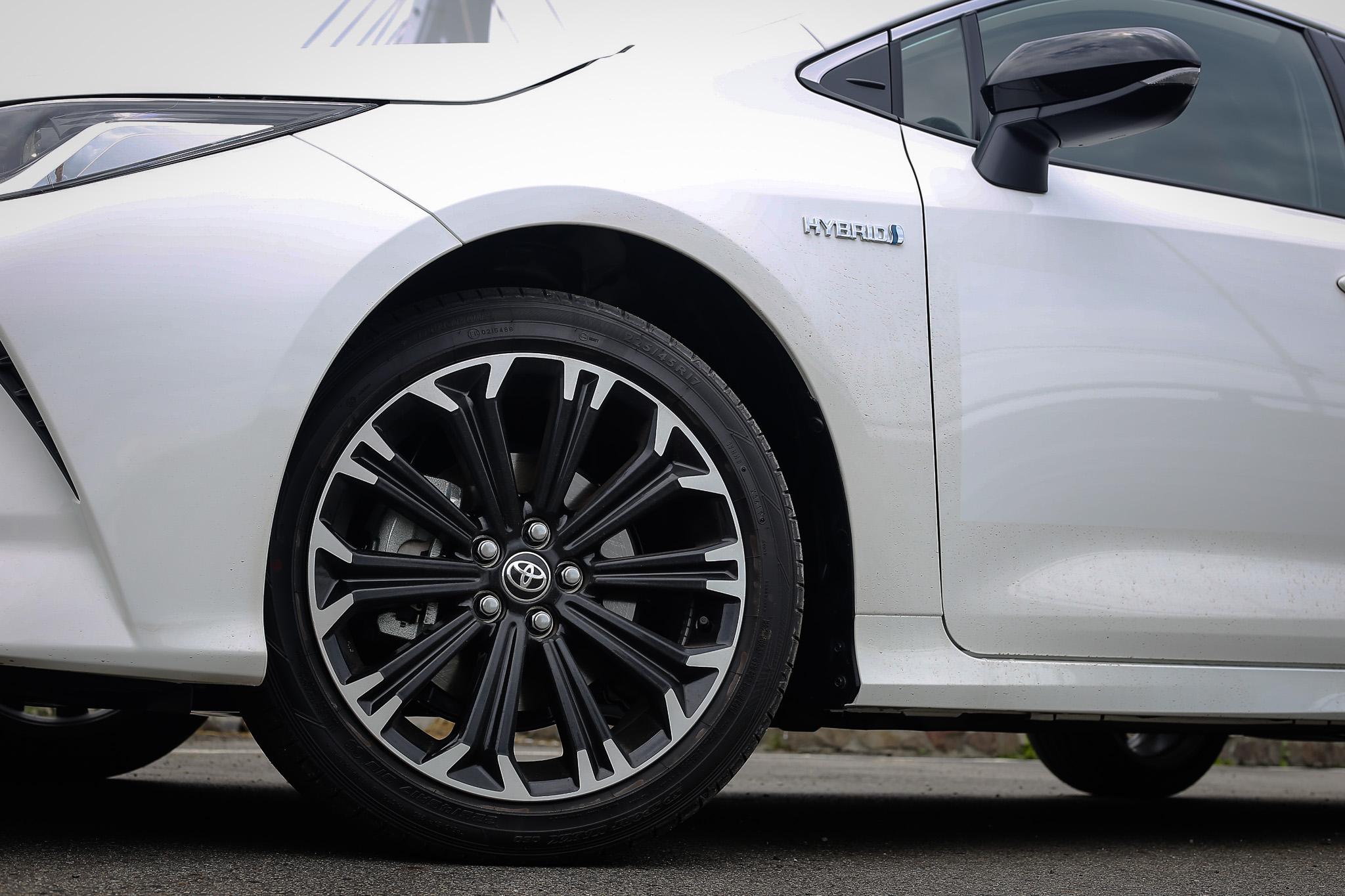 專屬的 17 吋輪圈,輪圈造型更具備空力效應,搭配 225/45R17 輪胎尺碼;車外後視鏡外殼也改為黑色式樣。