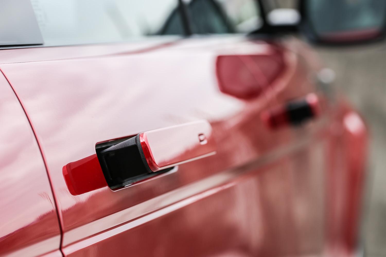 與 Velar 相同的隱藏式車門把手,更是讓車側鈑件更為平整的關鍵設計。