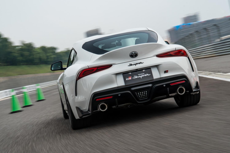 車尾最吸睛的設計,無非是 F1 式樣下擾流燈組設計。