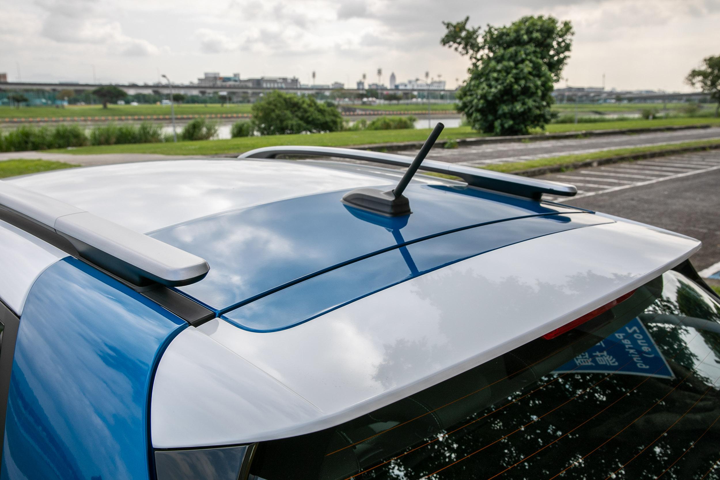 車頂架為 Stonic 全車系標配。
