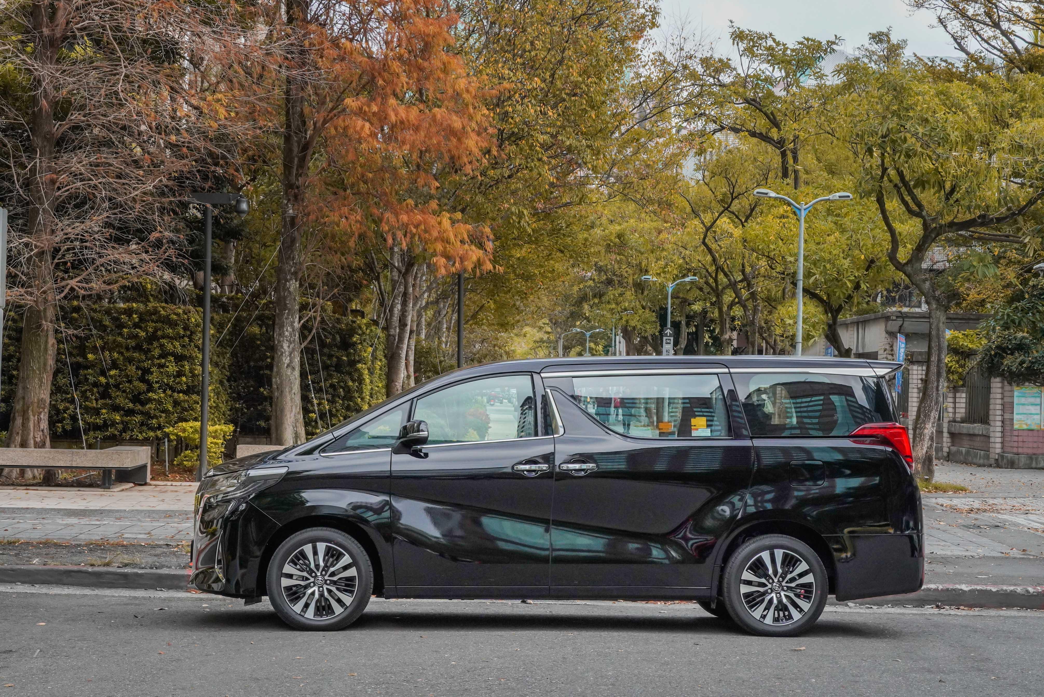趁著 Toyota Alphard 小改款的機會,首度踏進了這堪稱豪華行宮的車內。