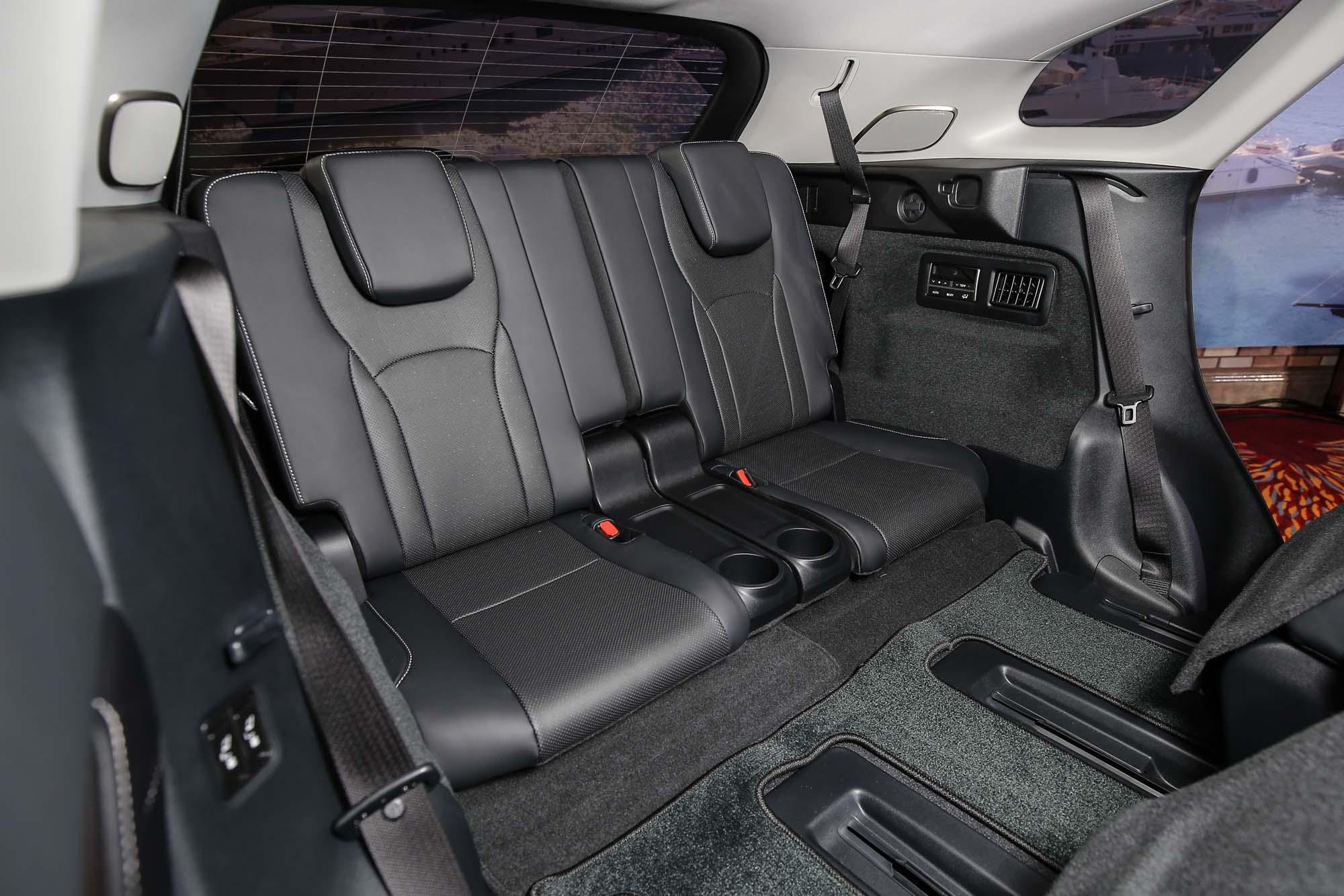 第三排座椅不但具有前後滑移功能,小改款後也增加第三排空調控制面板