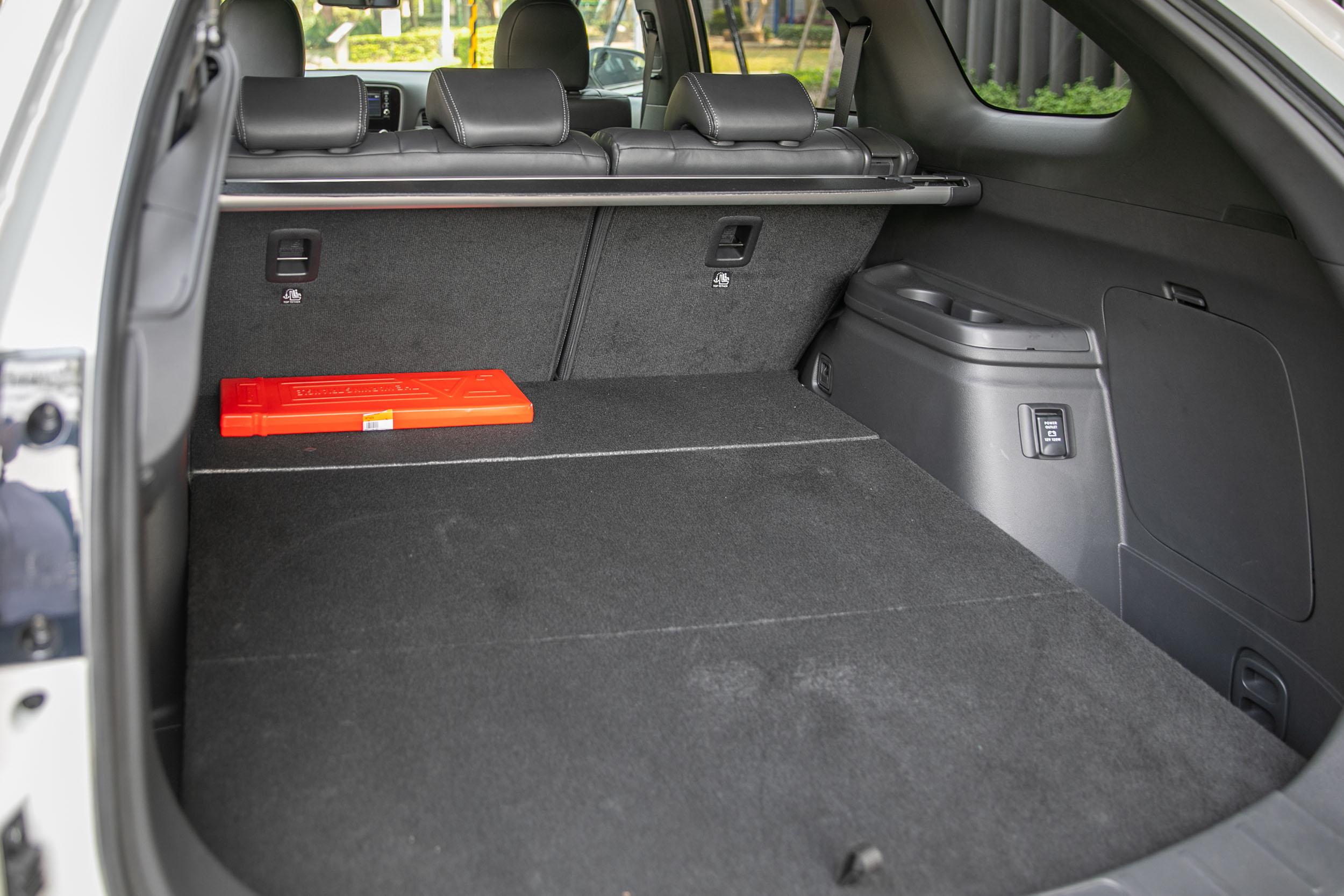 標準乘坐狀態下後廂置物容積可達 731 公升。