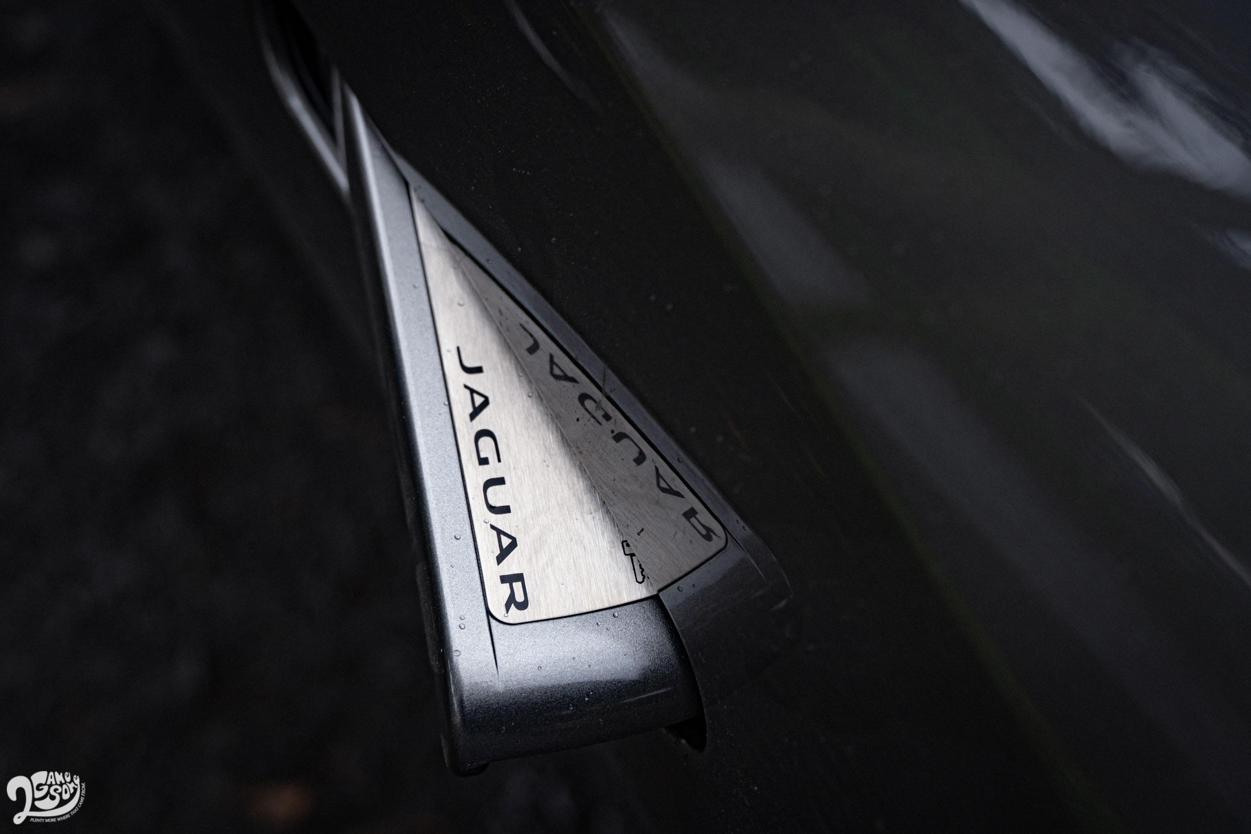 隱藏式的車門把手不僅增加車側的線條流暢性,也於開啟時多了些驚喜。