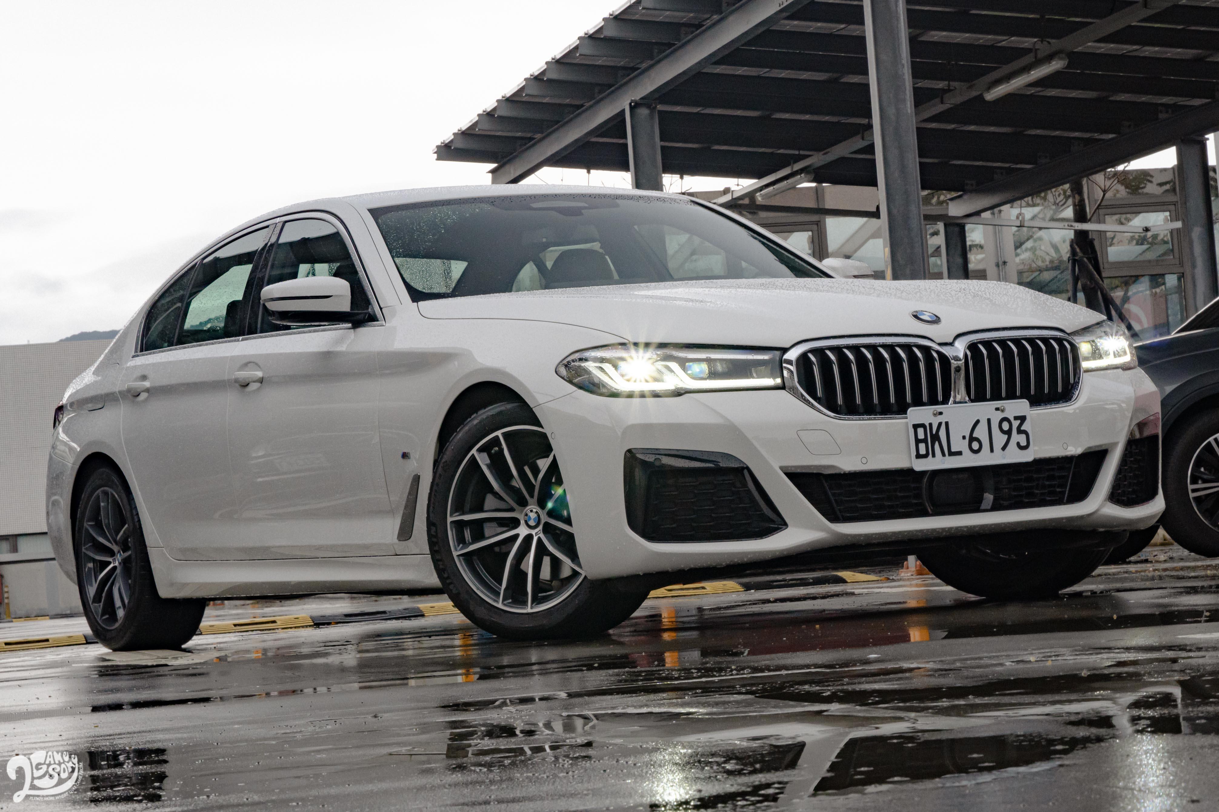 M Sport 版本標配 M 款空力套件、M 款跑車化懸吊、M 款車側銘牌。