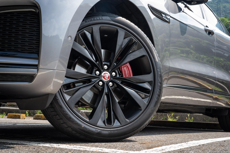 選配要價 107,400 元的 22 吋 15 輻 1020 式亮澤黑搭配緞光黑飾件輪圈。
