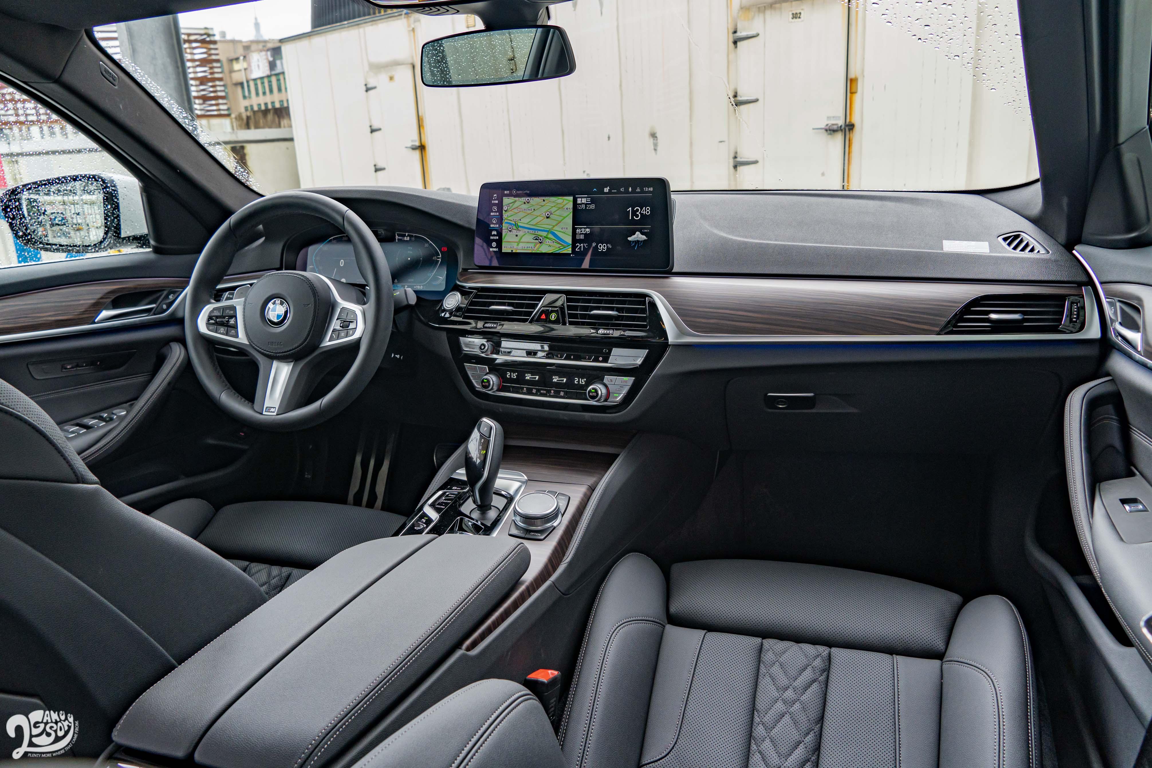 木紋飾板和菱格紋皮質讓車內保有主管房車該有的尊榮感。