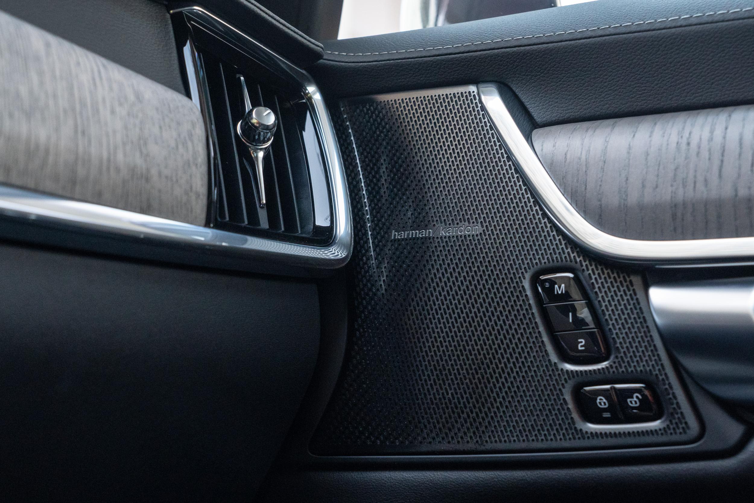 S90 B4 Inscription車型配備有14支揚聲器的Harman Kardon音響。