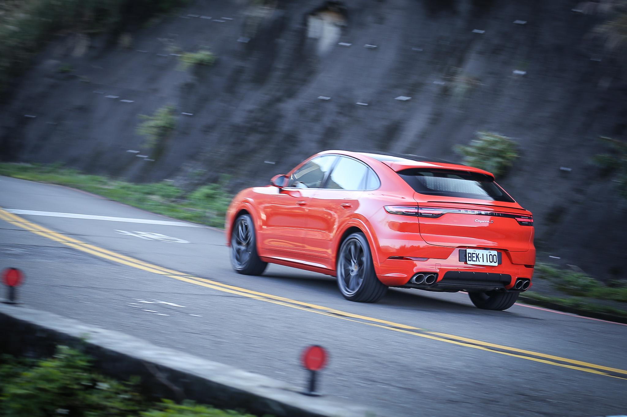 額外加選的輕量化跑車套件,換上碳纖維車頂結構,但整體的車重加上拉高的底盤,在山路上仍需要奮力與彎道 G 力對抗。