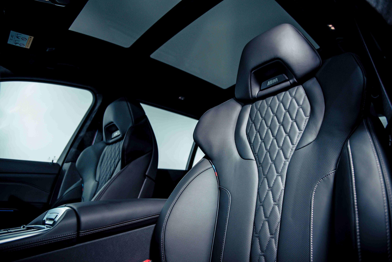 全新 BMW X7 M50i 搭載鑲有黑色 M Logo 的雙前座 M 跑車座椅含記憶功能。