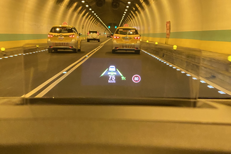 抬頭顯示器可顯示 iACC 及車道輔助圖資。