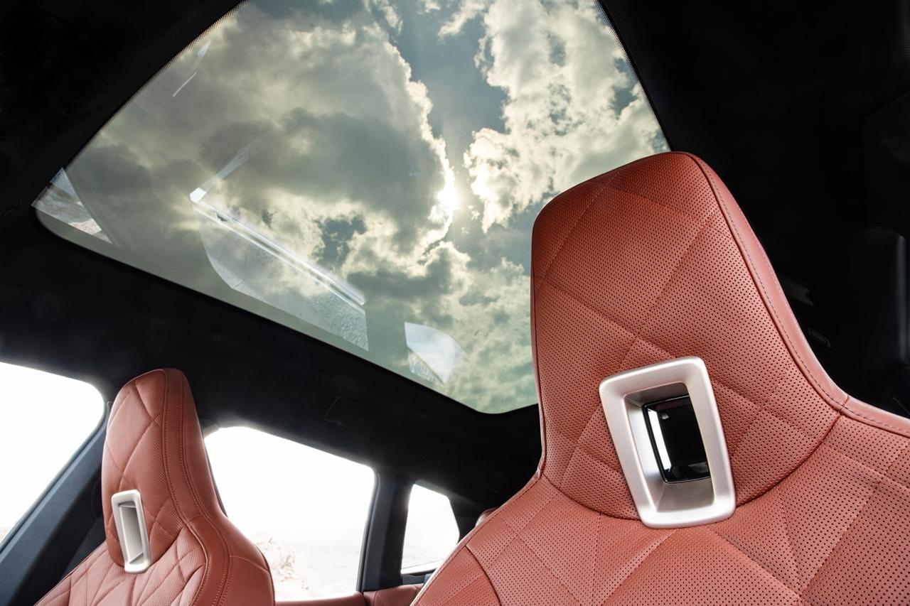 全新電控調節採光全景式玻璃車頂,適時調節車室空間採光。