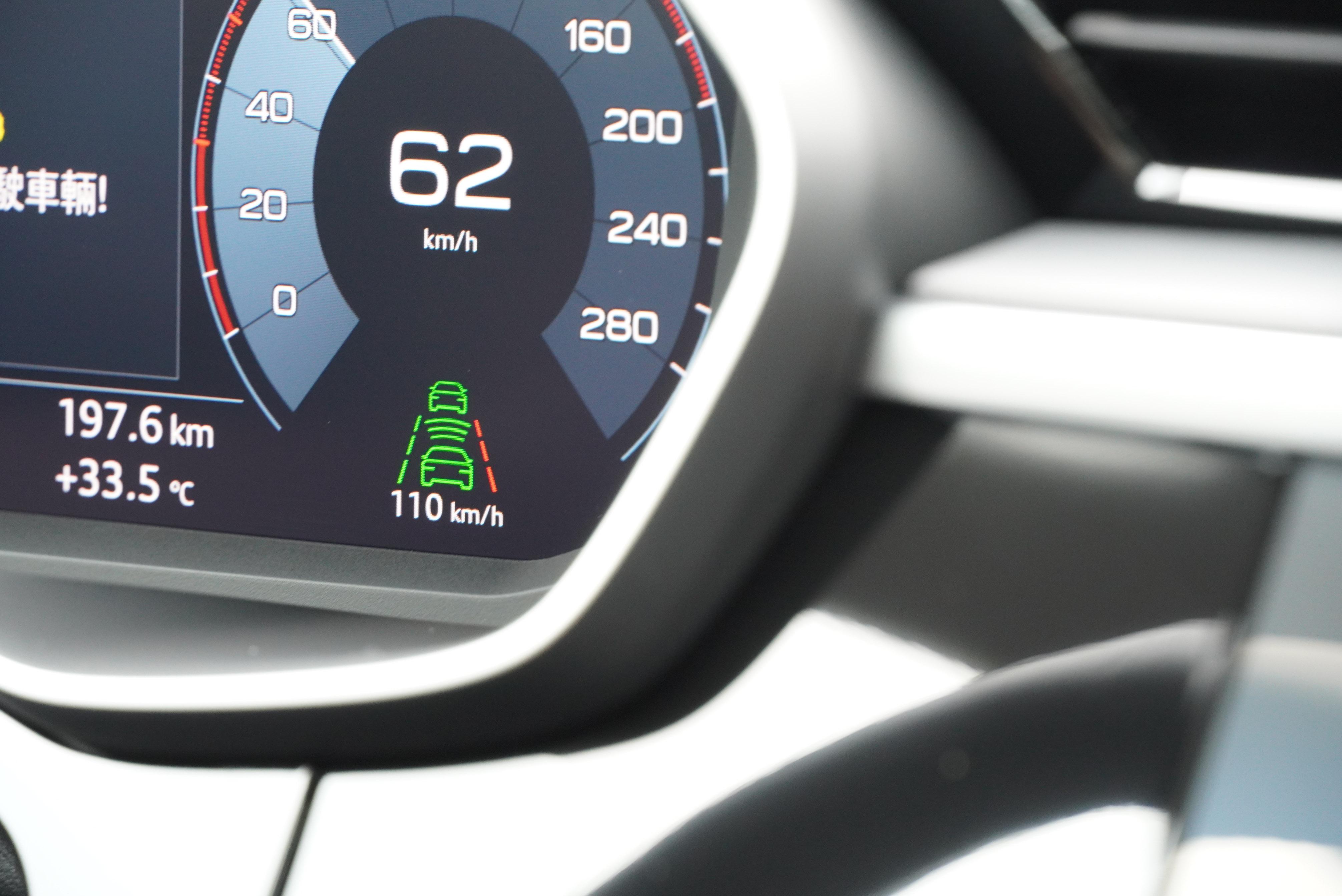 標配「乒乓球」式車道維持及偏離警示系統,並未提供置中功能。