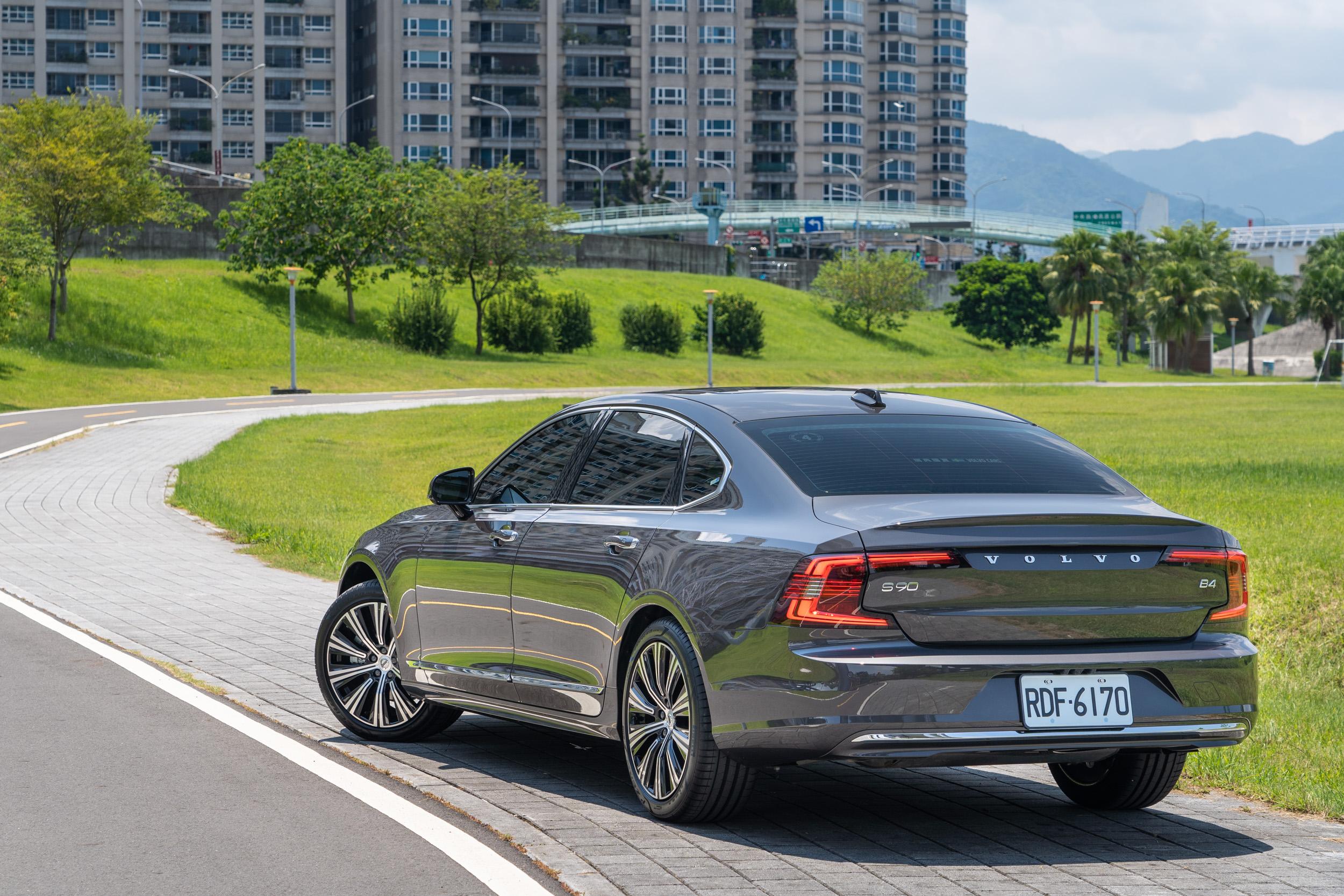 小改款 S90 除了外觀的小針美容以外,導入長軸車型與換上全新輕油電動力也是兩大重點。