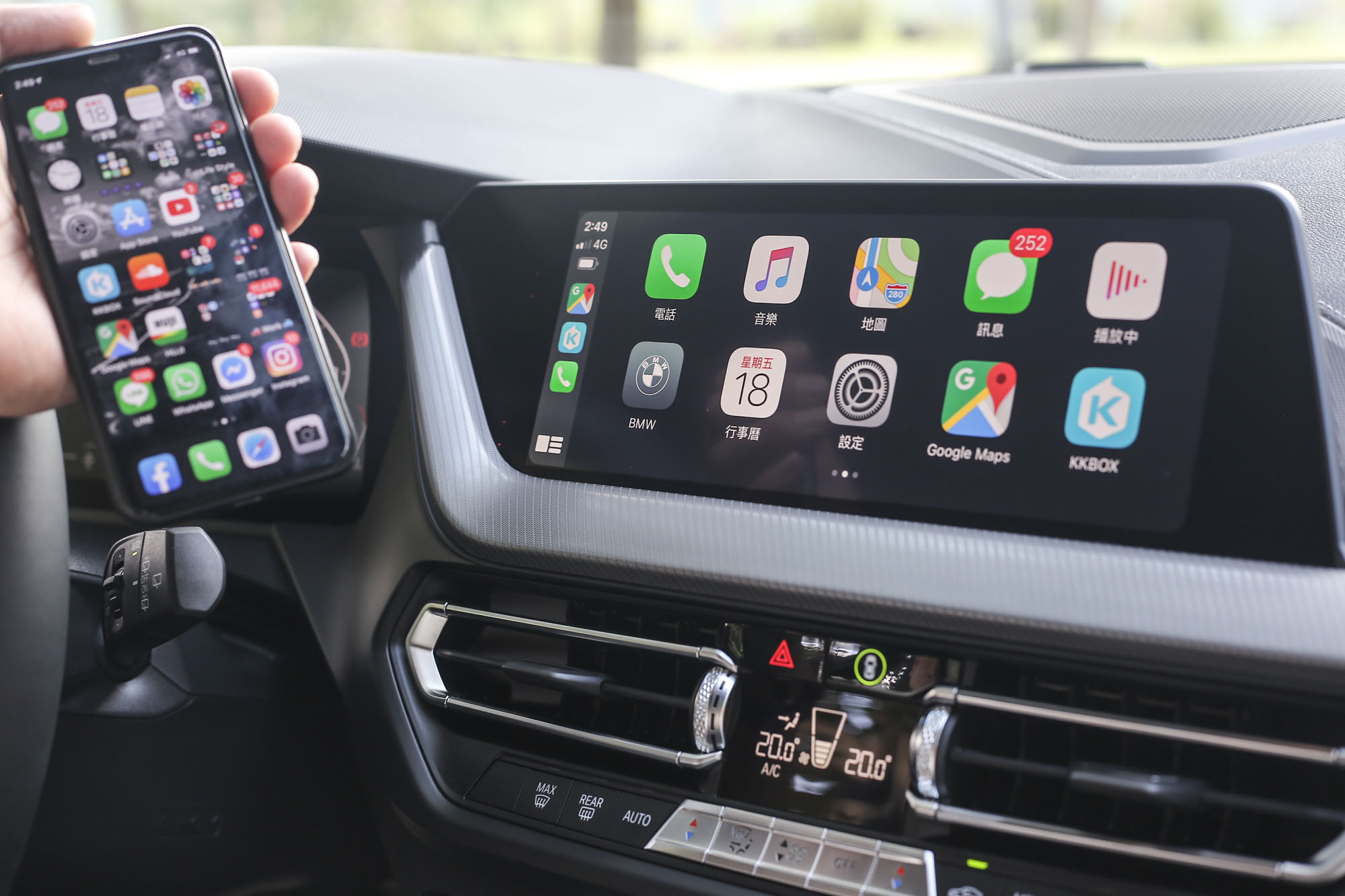 Apple CarPlay 全車系標配,M135i xDrive 配備 10.25 吋觸控螢幕。