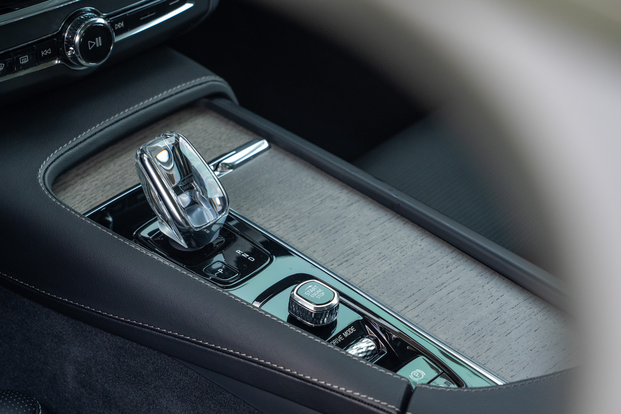 S90 B4 Inscription車型增加 Orrefors水晶排檔頭配備。