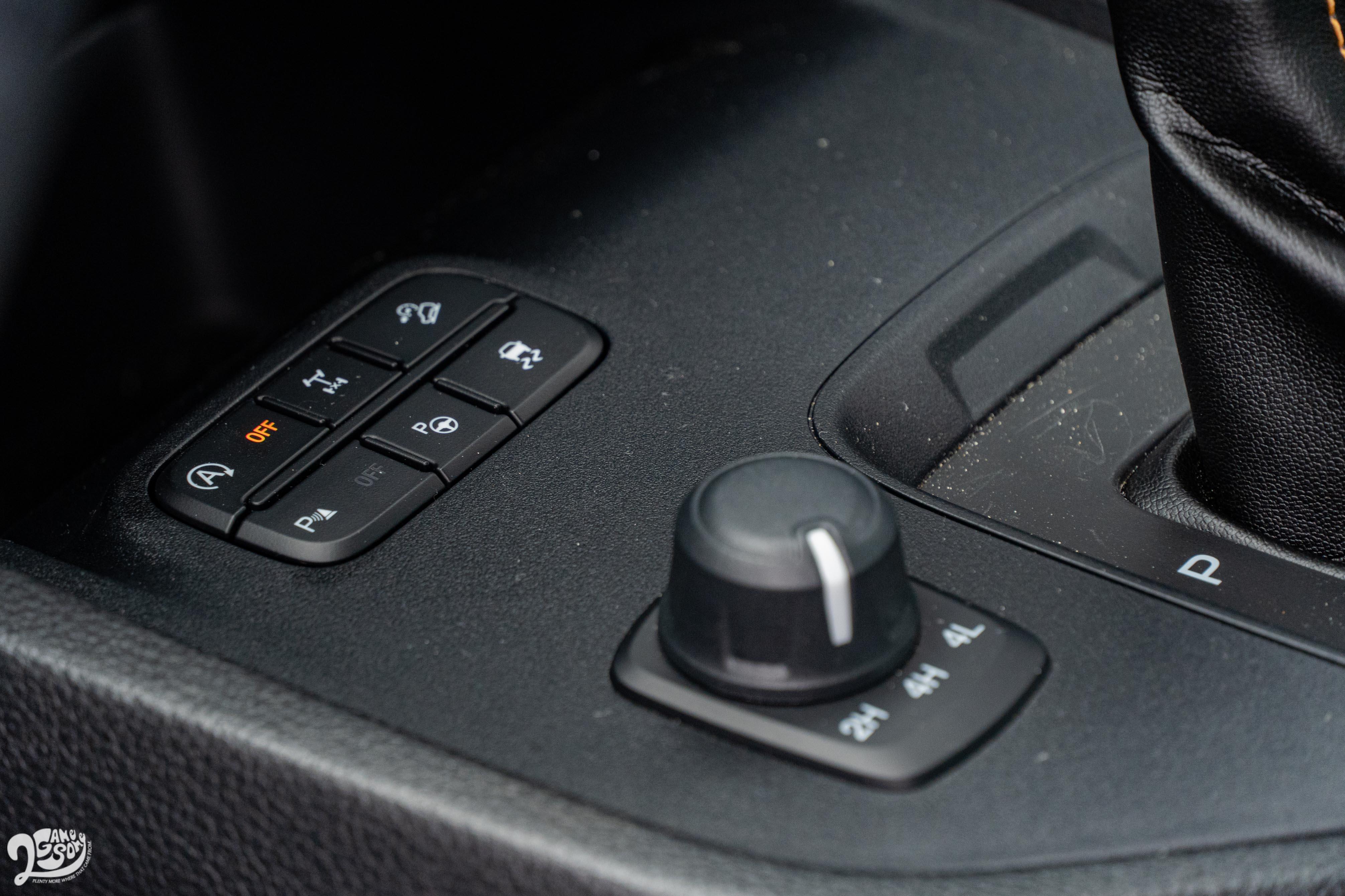 電子旋鈕加力箱提供 2H/4H/4L 三種模式,並配備電子後差速器鎖定。