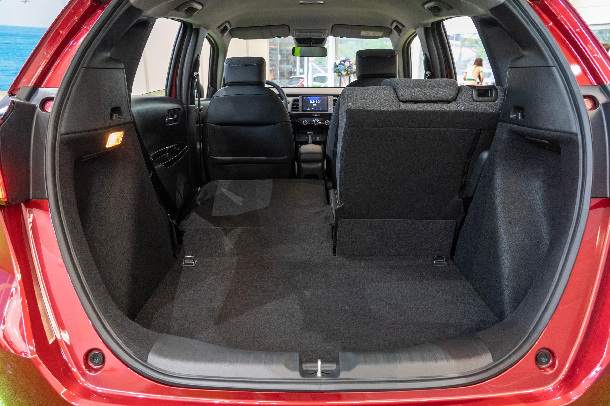 特別把尾廂開口造型設計為「中廣型」,中央處開口最大,更利於物品的拿取便利度與省力性考量。