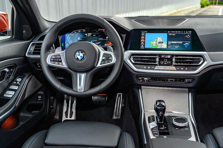 全新世代 BMW 320i M Sport 搭載 BMW 全數位虛擬座艙含智能衛星導航系統,並配備 12.3 吋虛擬數位儀錶及 10.25 吋中控觸控螢幕。