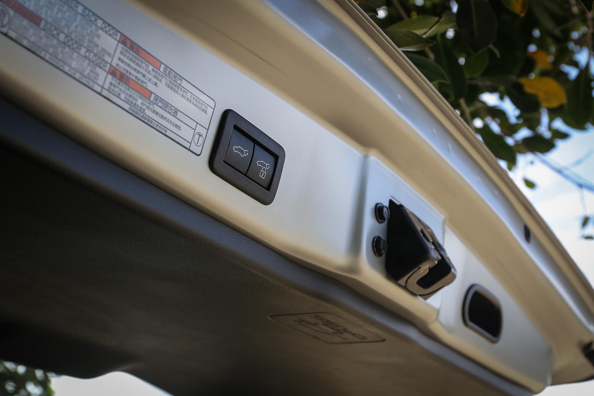 1.8L 油電旗艦款才配備有足踢式感應尾門,其餘車型等級皆為手動操作。