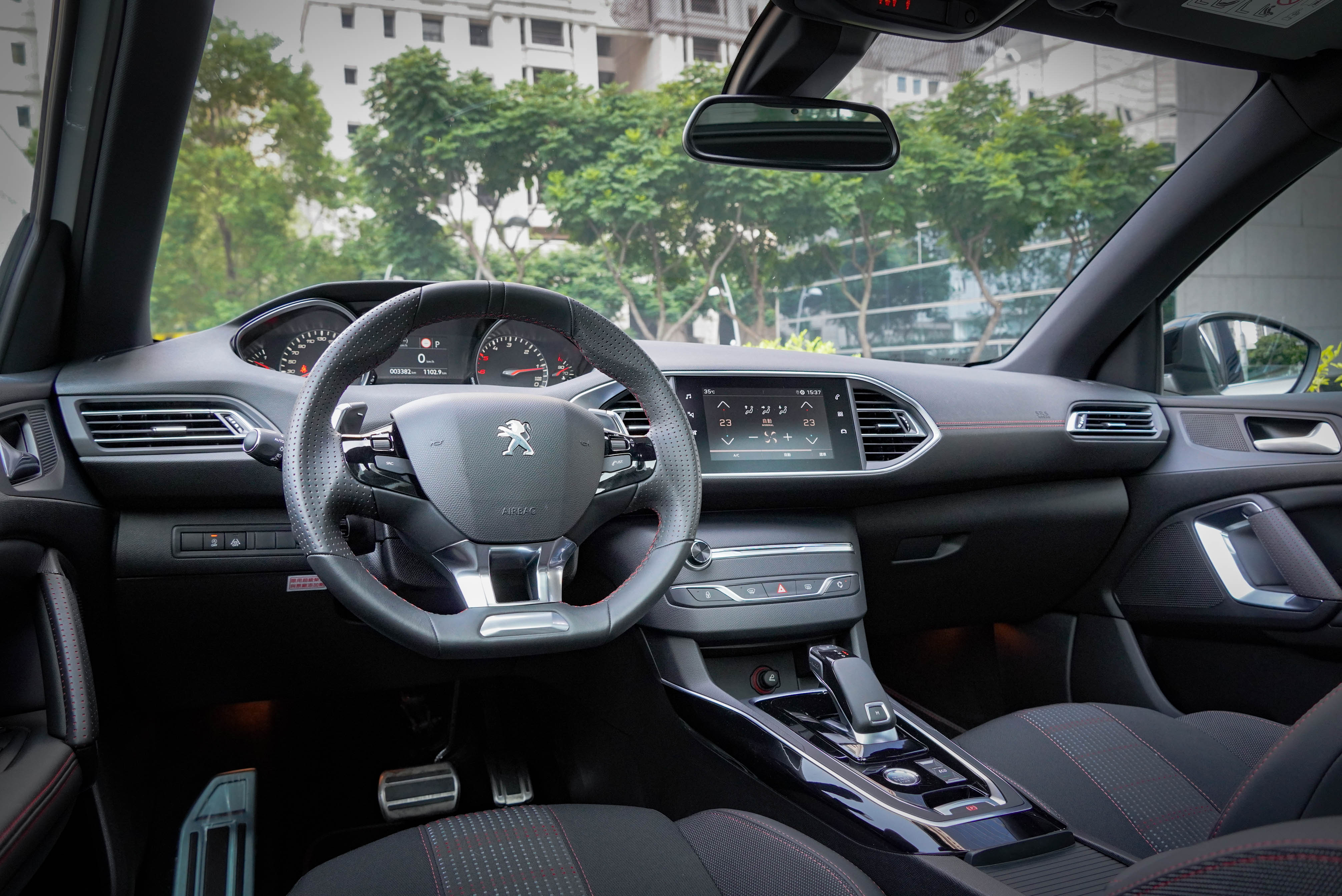 Peugeot 308 特仕版擁有駕駛導向的內裝鋪陳,整體質感又比 2008 更好。