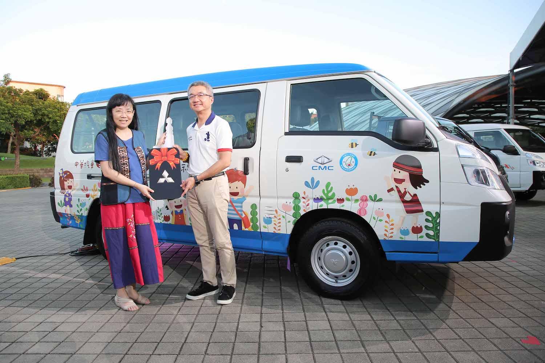 中華汽車總經理 陳昭文代表捐贈首台全新自排得利卡至南迴協會,由理事長 潘美緣代表授車。