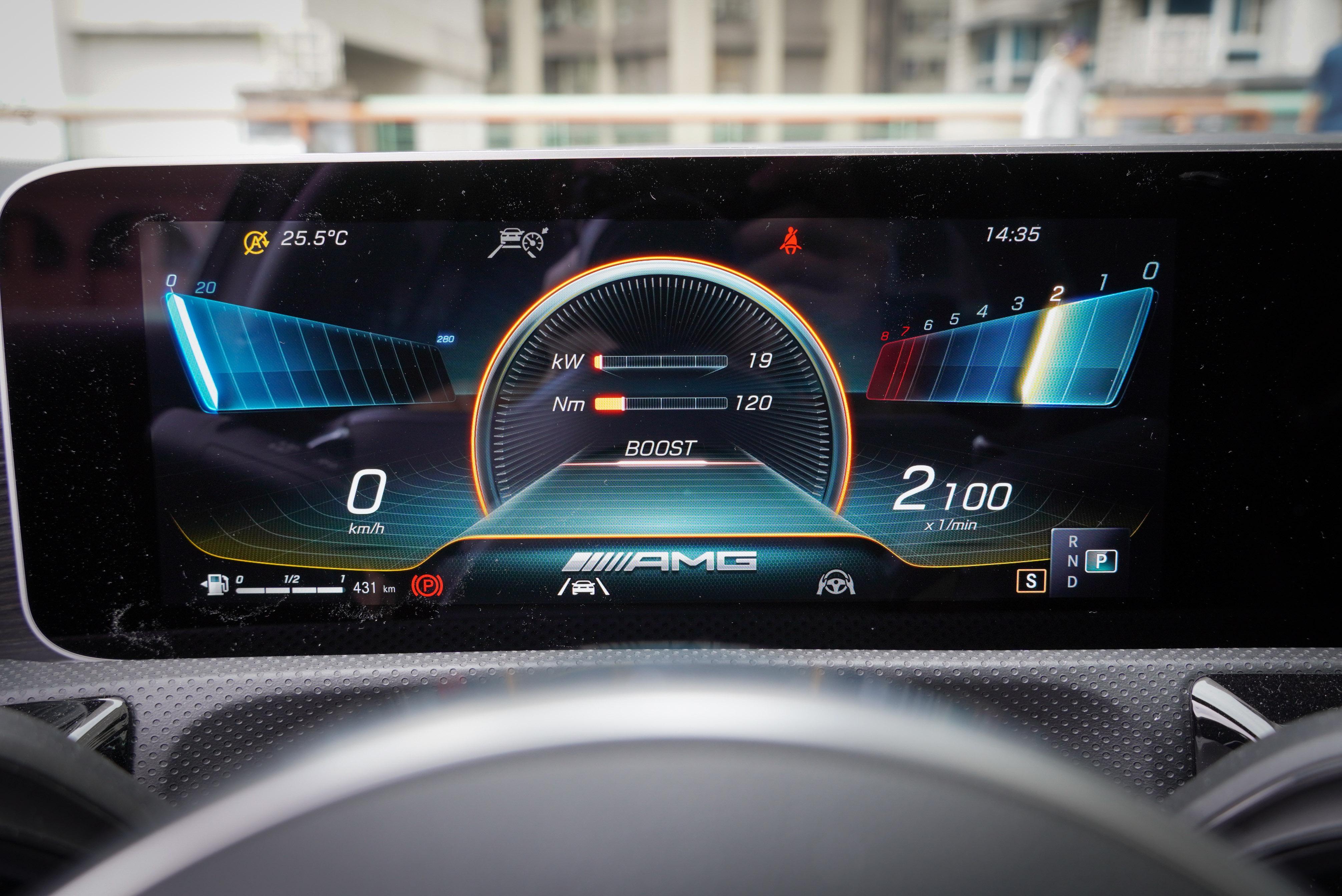 數位儀表提供多種顯示模式,其中 Supersport 模式可顯示即時輸出功率。此車型也可選配抬頭顯示器。